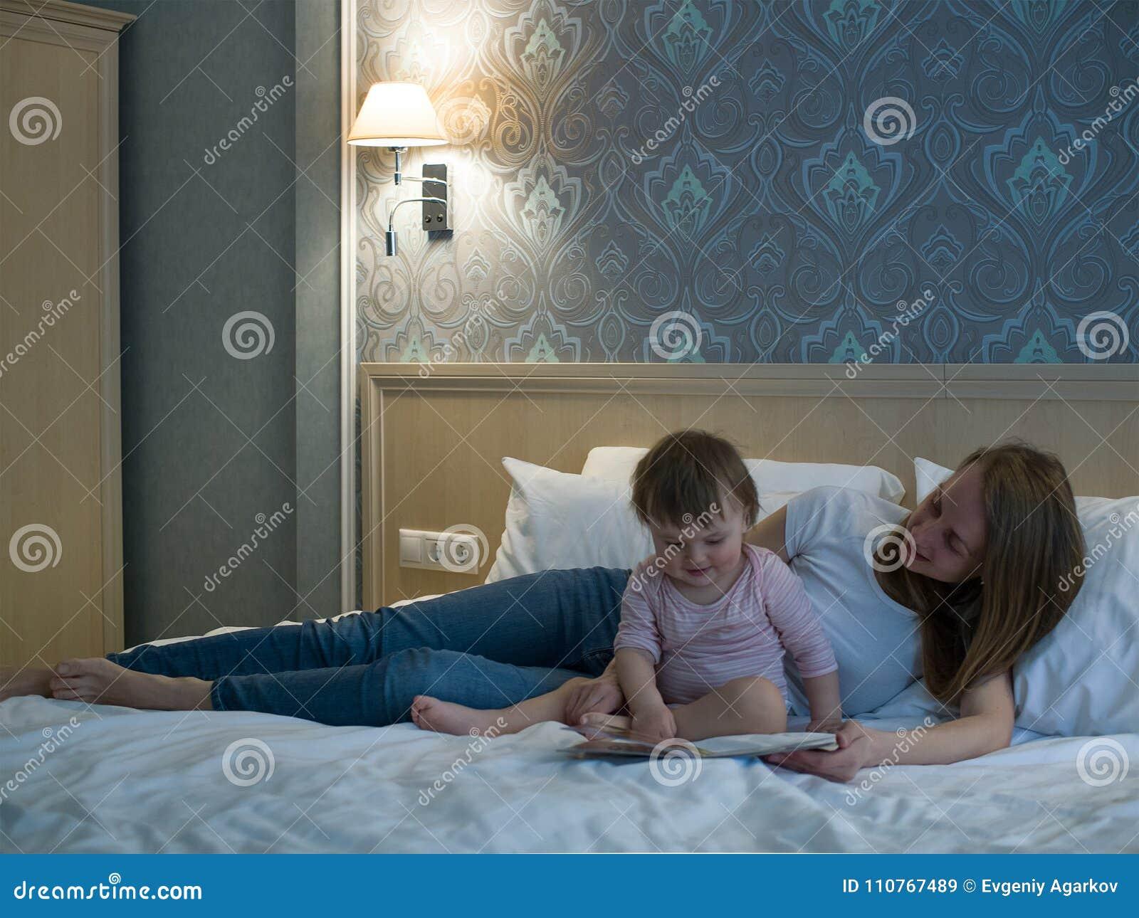 Generi la lettura del libro il bambino a letto prima di andare a dormire