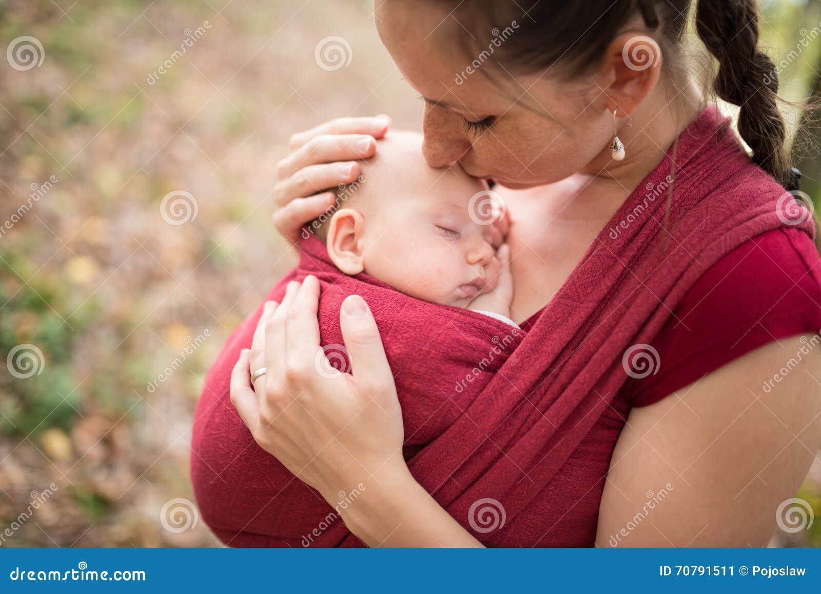 Generi la tenuta di sua figlia del bambino, esterno in natura di autunno