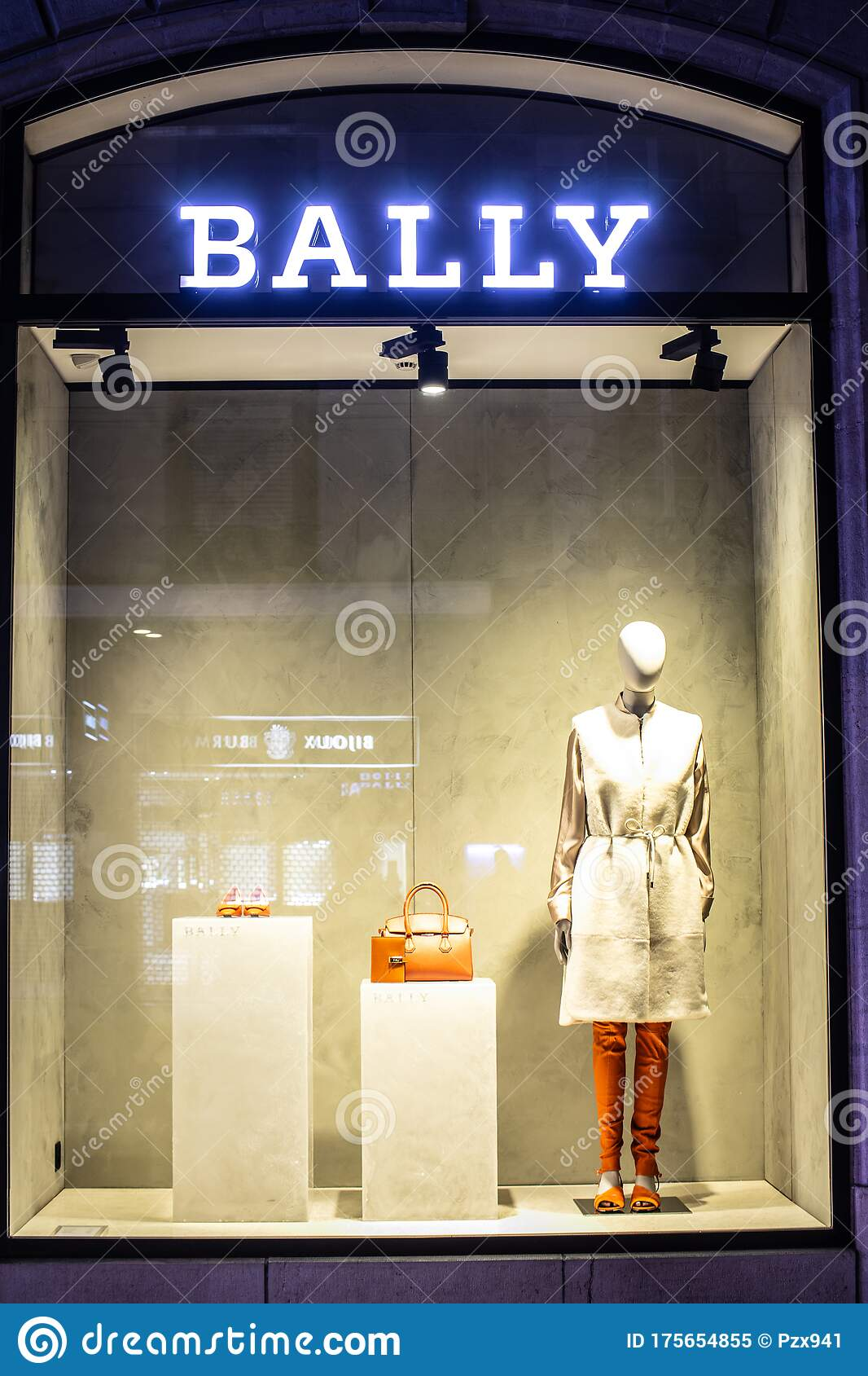 Ciudadano anfitriona Saltar  Bally Fashion Store, Window Shop, Bags, Clothes And Shoes On Display For  Sale, Modern Bally Fashion House Editorial Image - Image of interior,  commerce: 175654855