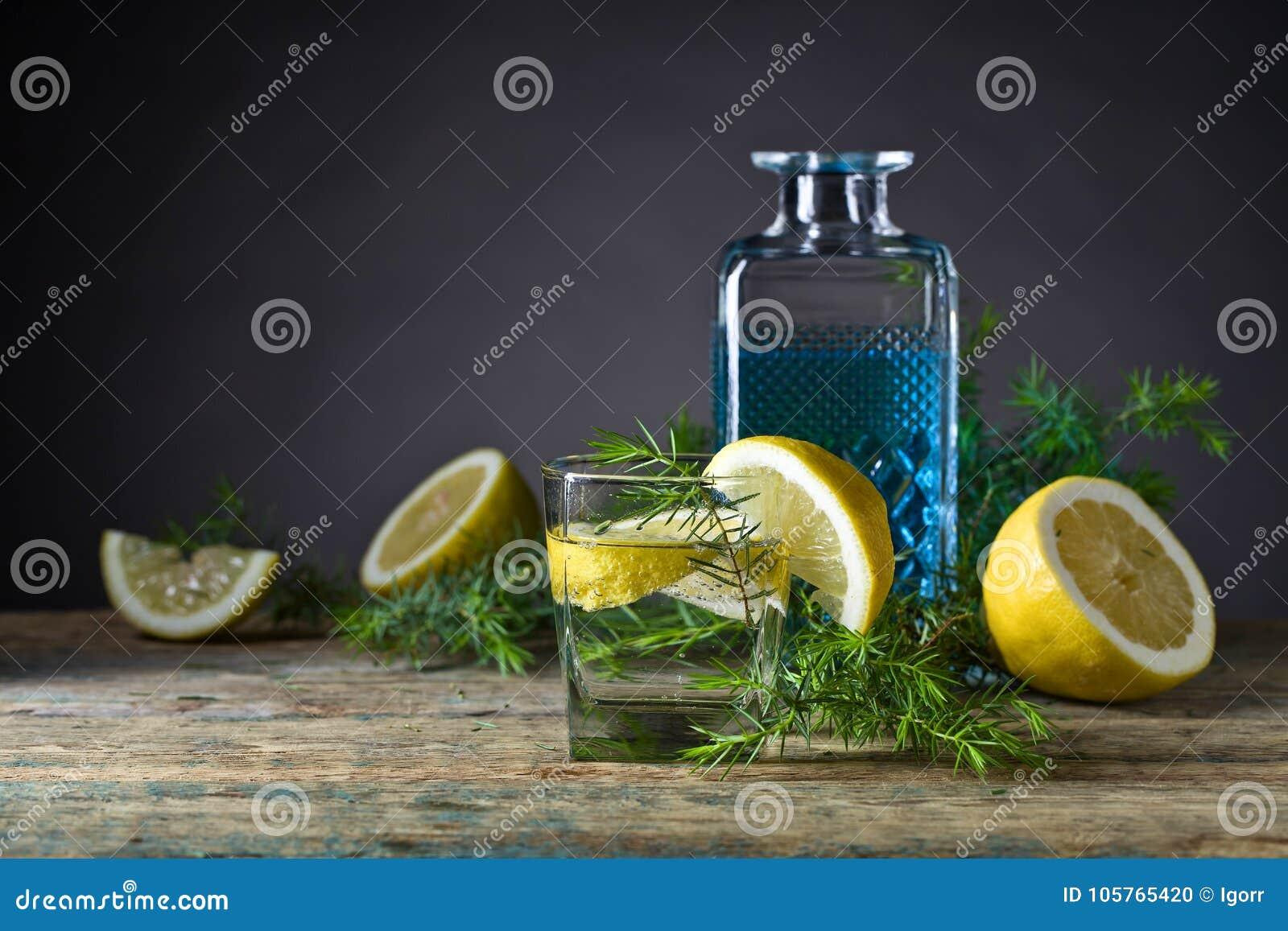 Genièvre avec des tranches de citron