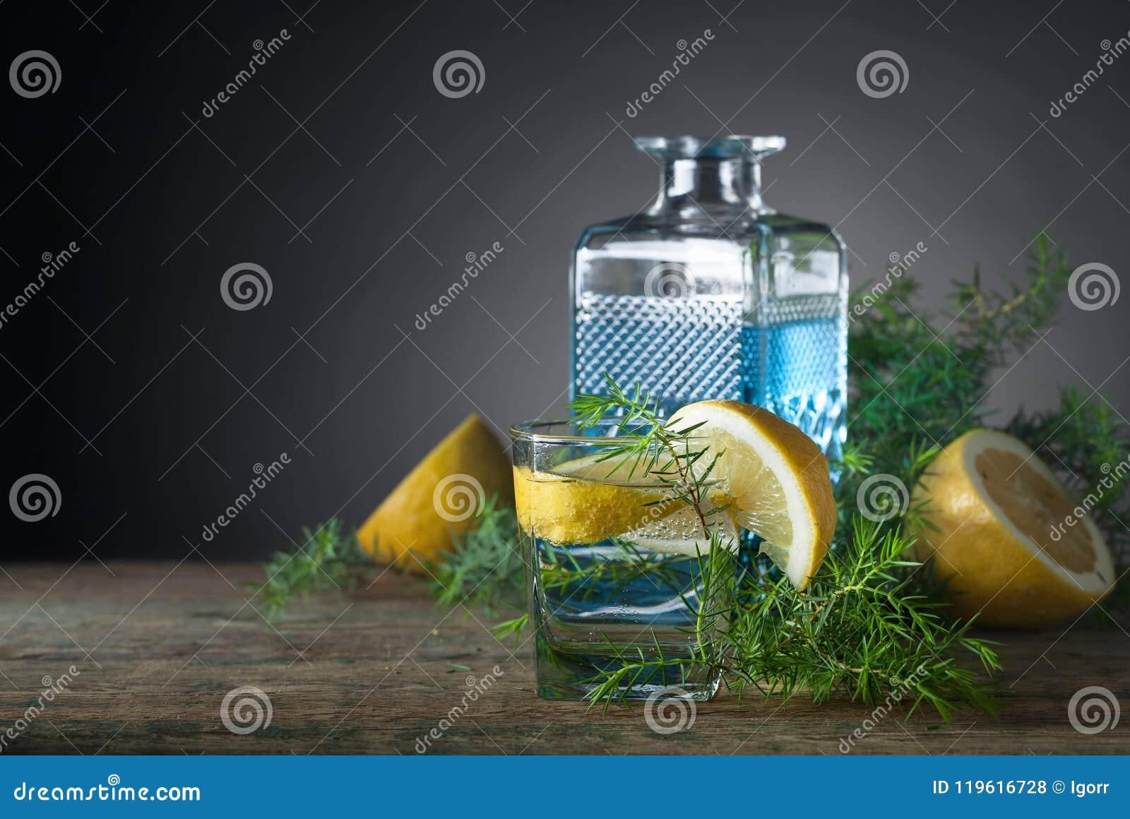 Genièvre, tonique et citron bleus sur une vieille table en bois