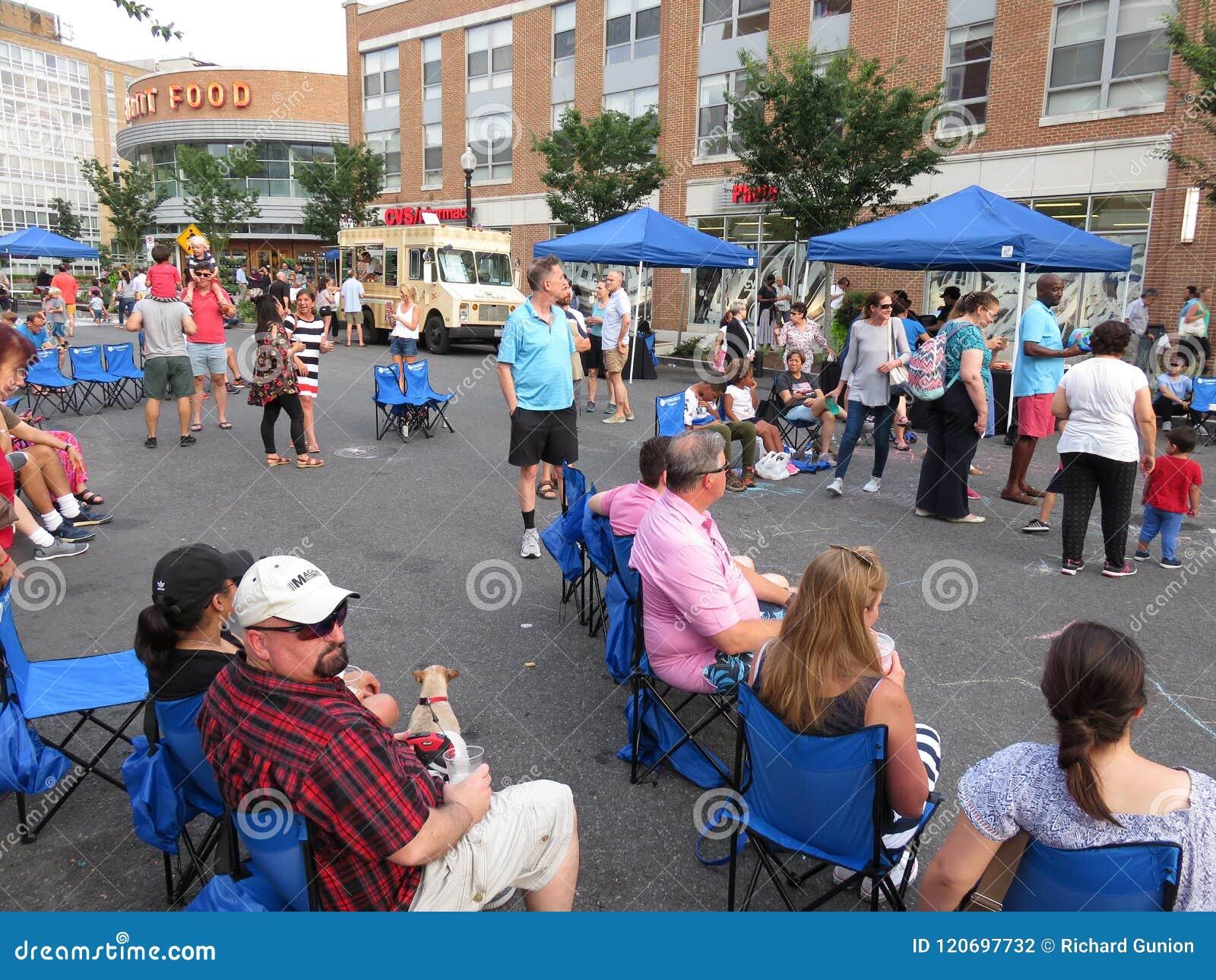 Genießen des Straßenfests im Washington DC