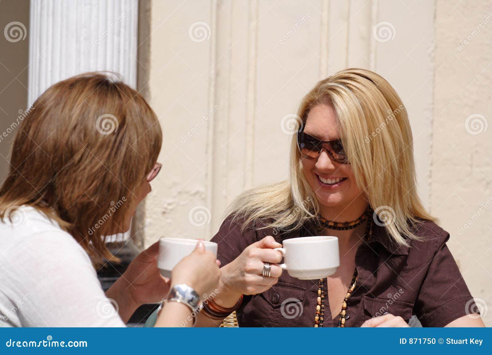Genießen von im Freien Art des Kaffees