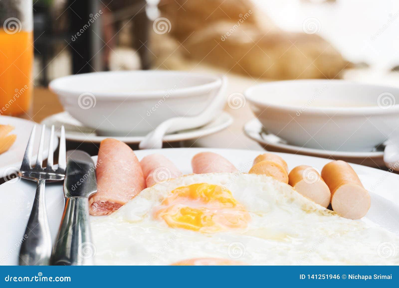 Genießen des Frühstücks nahe tropischem Seesommerkonzept