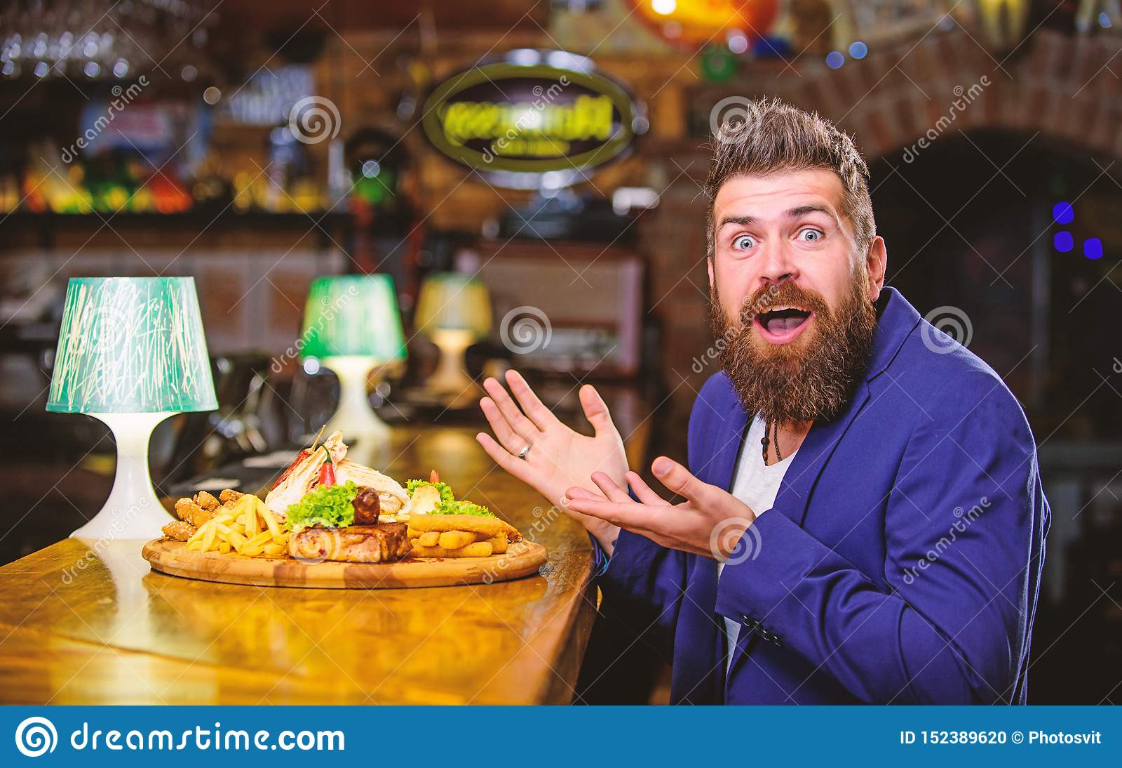Genie?en Sie Mahlzeit Betr?germahlzeitkonzept Der hungrige Hippie essen Kneipe gebratene Nahrung Restaurantkunde Hippie-Gesellsch