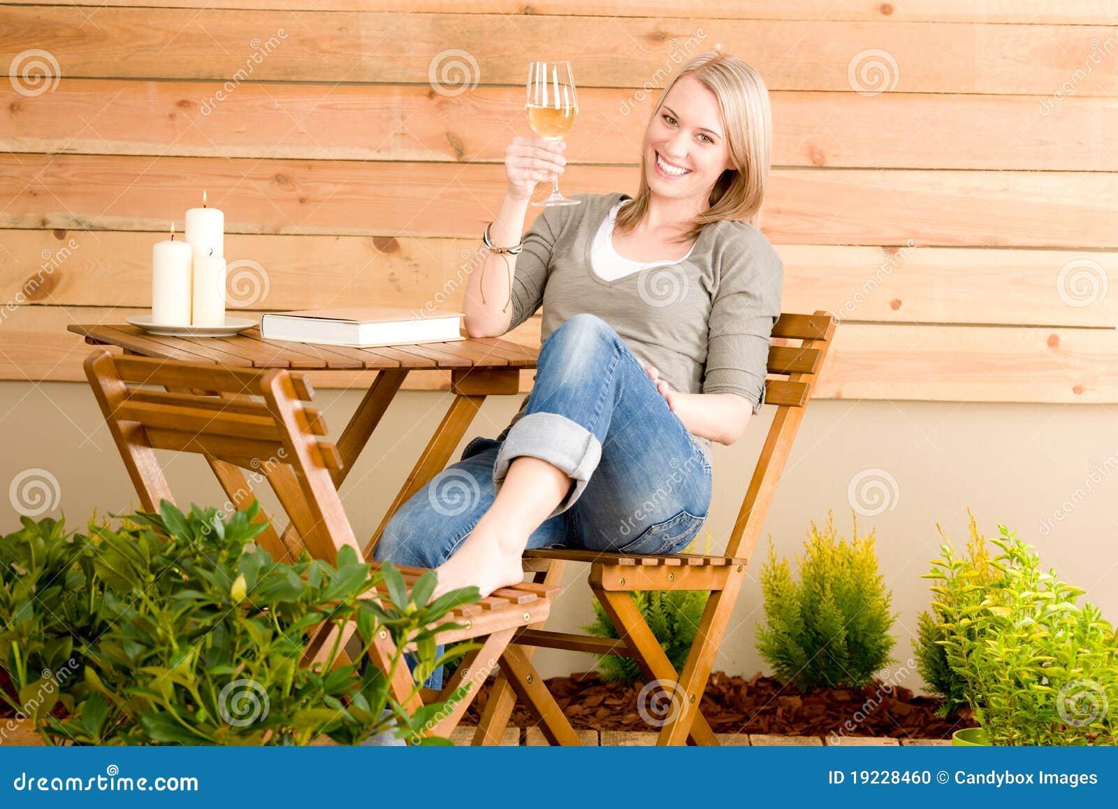 Geniet de gelukkige vrouw van de tuin van het terras van de glaswijn stock foto afbeelding - Model van het terras ...