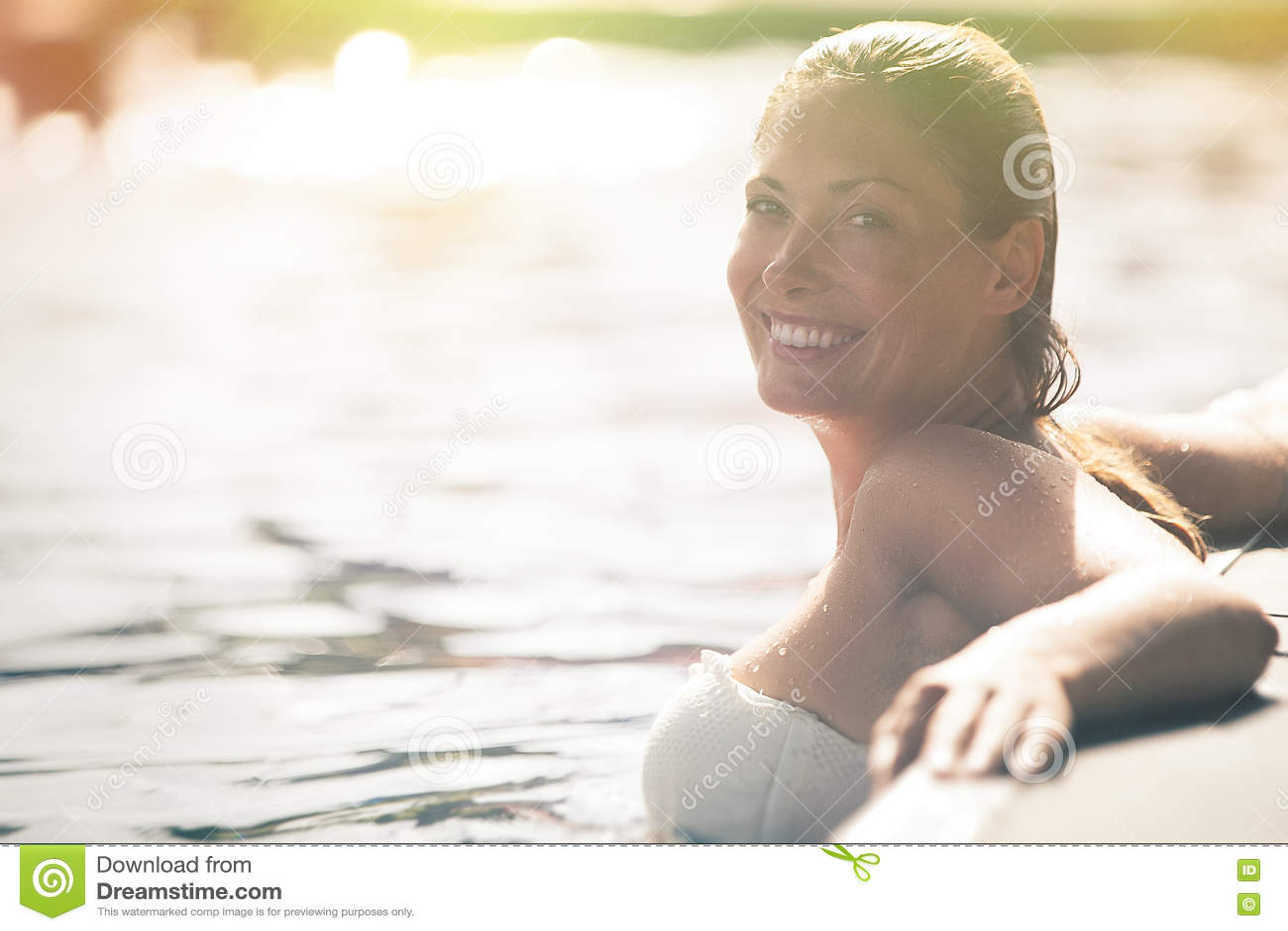 Geniet van de zomer Vrouw het ontspannen in het poolwater