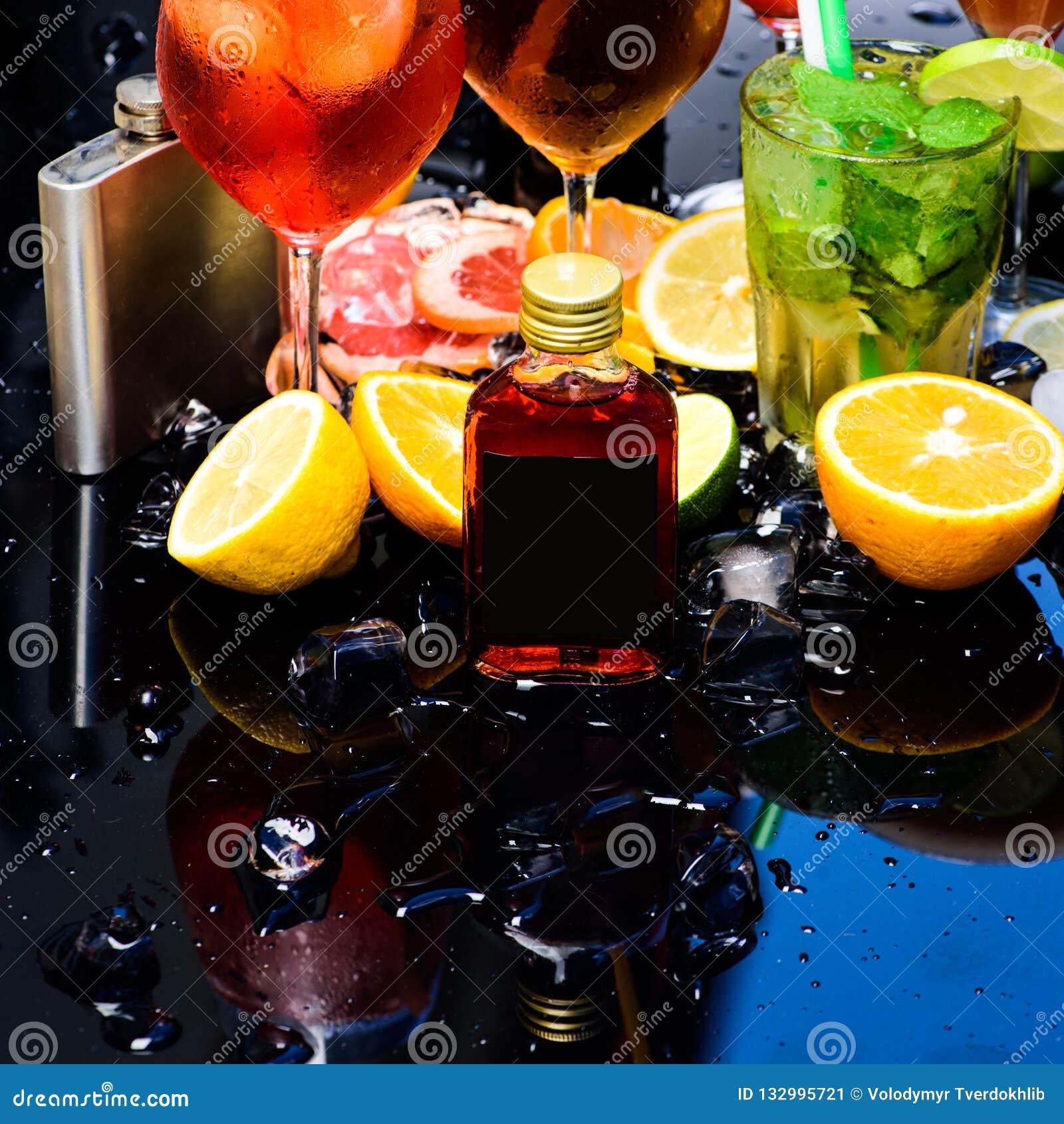 Geniet van een verscheidenheid van specialiteitcocktails De dranken van de whiskycocktail in glazen Cocktails met ijsblokjes, fru