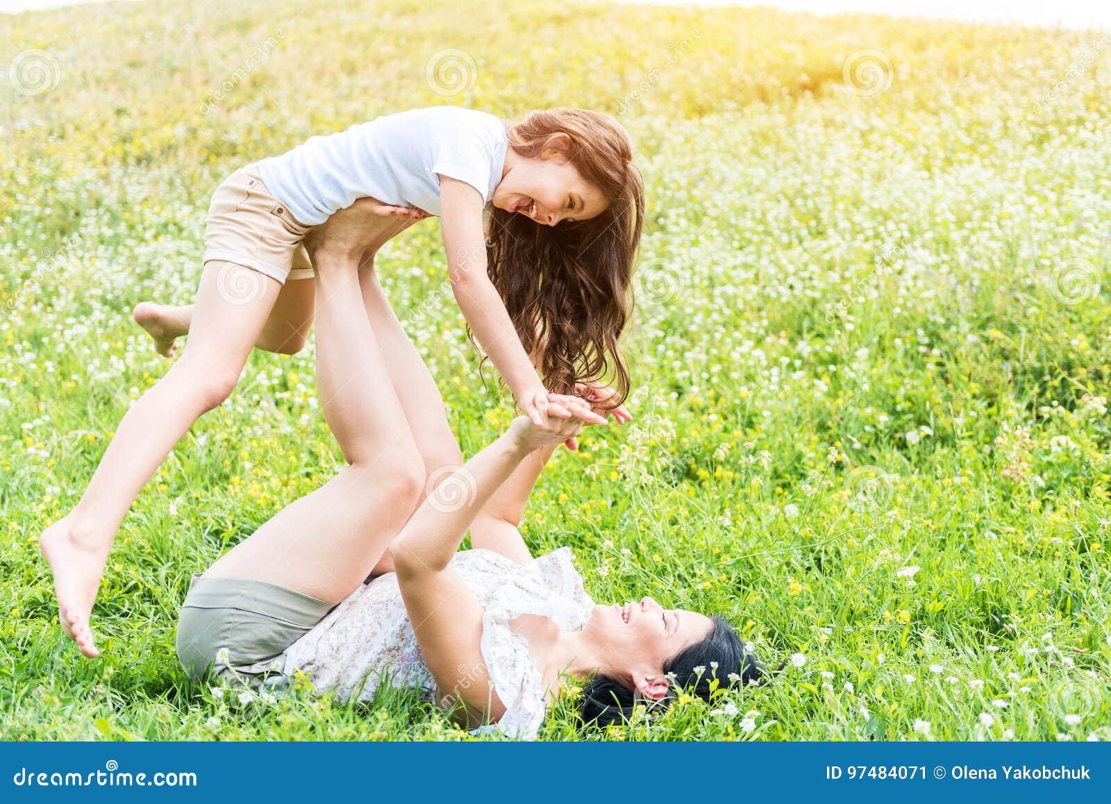 Genitore e bambino felici divertendosi sul pascolo