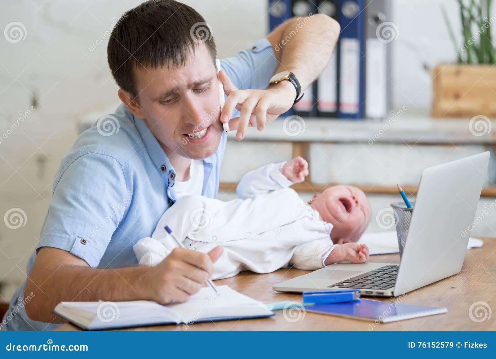 Genitore lavorante con gridare bambina