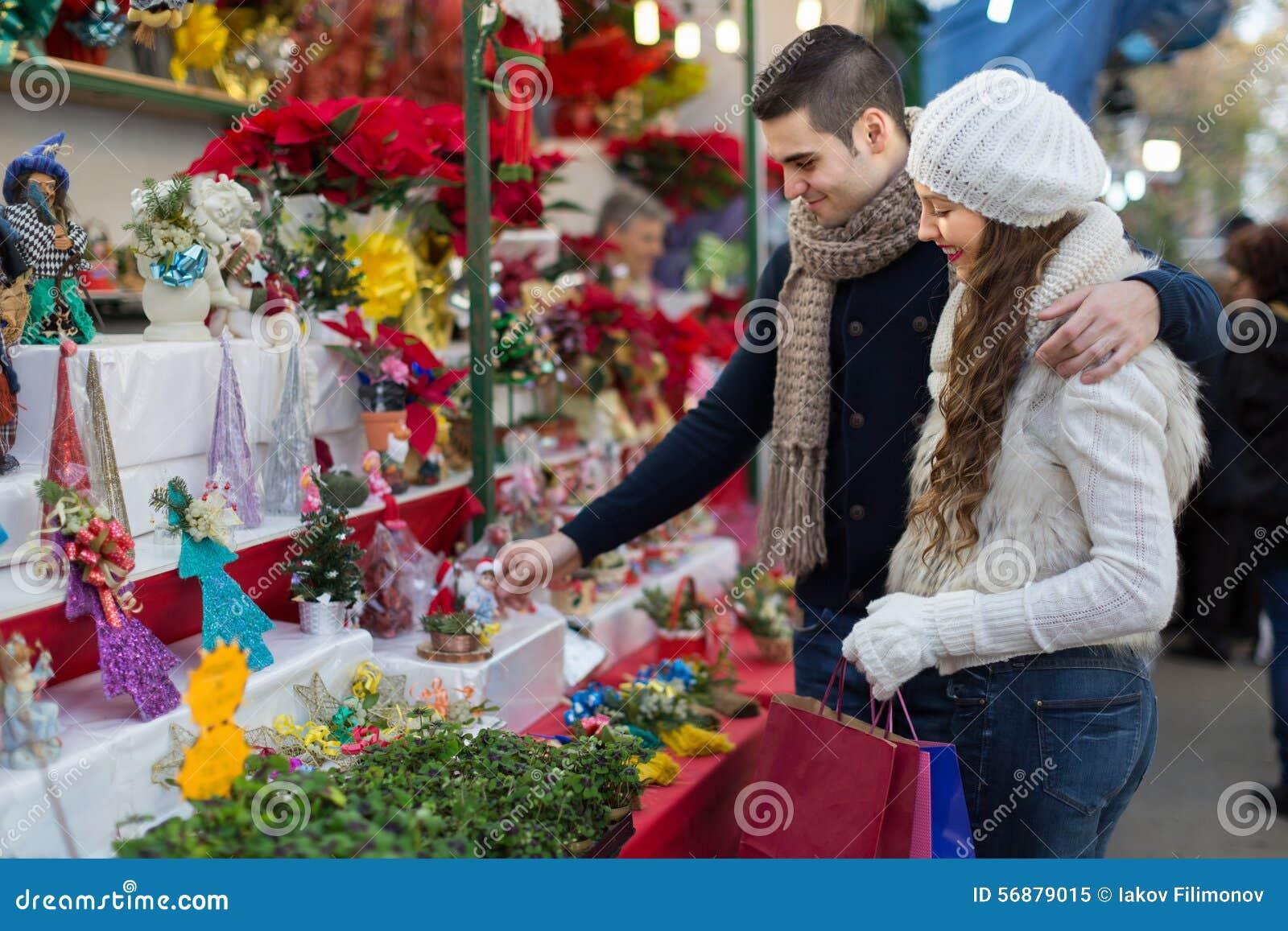 Genitori al contatore del mercato di natale