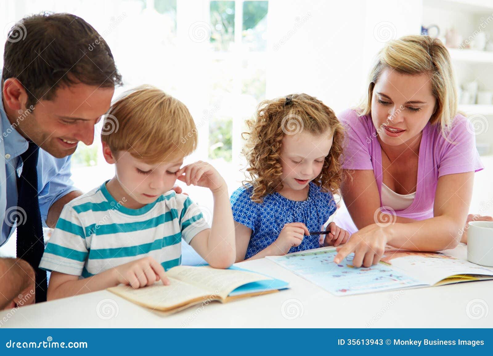Genitori che aiutano i bambini con compito in cucina
