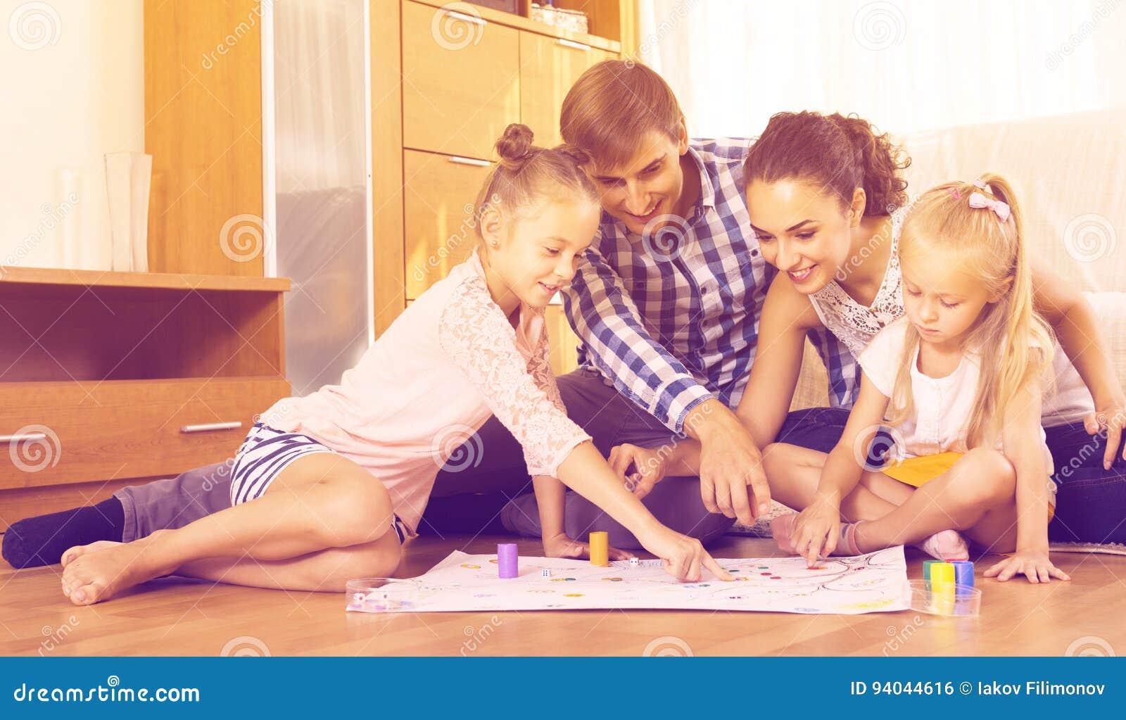 Genitori che giocano con i bambini a casa fotografia stock for Grandi bambini giocano a casa