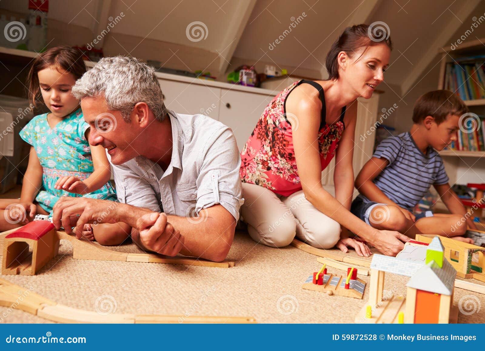 Genitori che giocano con i bambini ed i giocattoli in una for Semplici piani di una stanza
