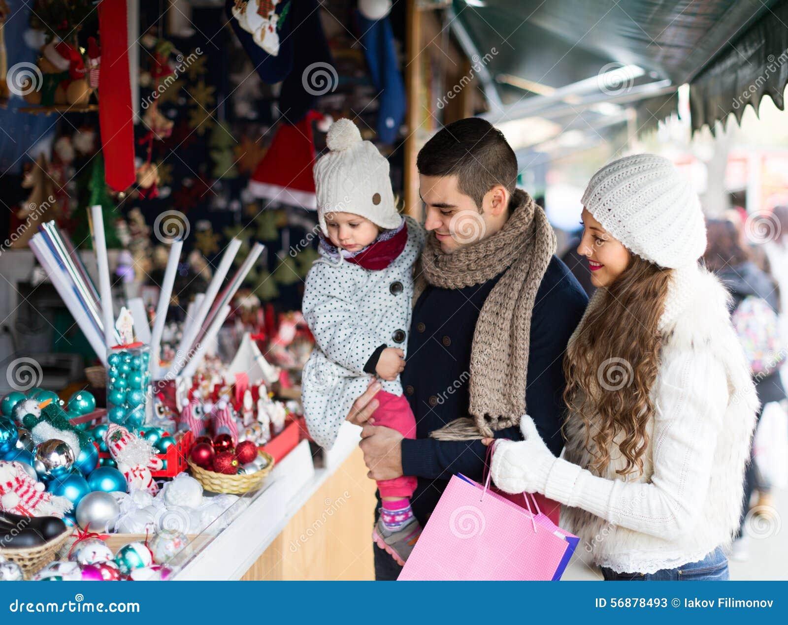 Genitori con la figlia al mercato di natale