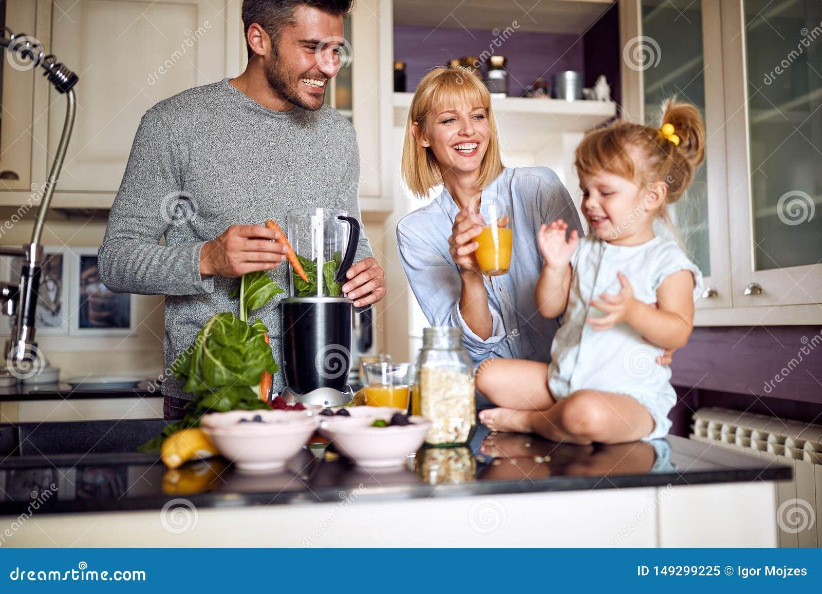 Genitori con la figlia che mangia prima colazione