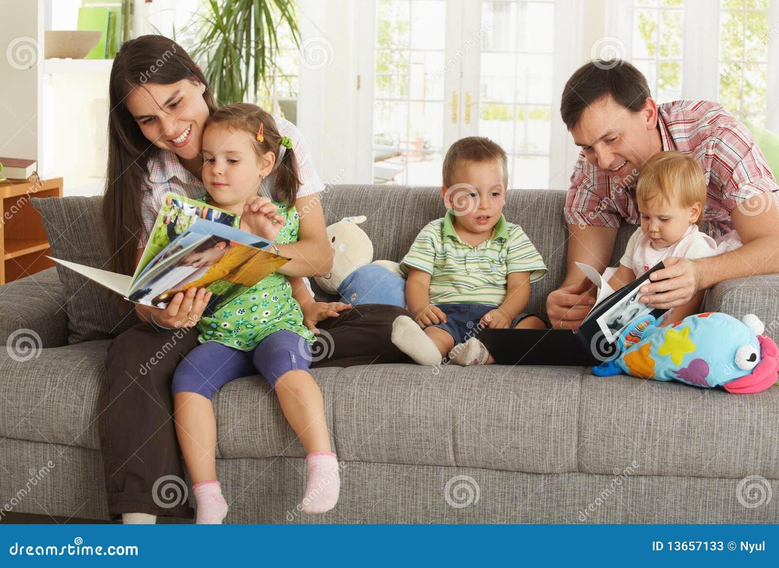 Genitori e bambini che hanno divertimento nel paese
