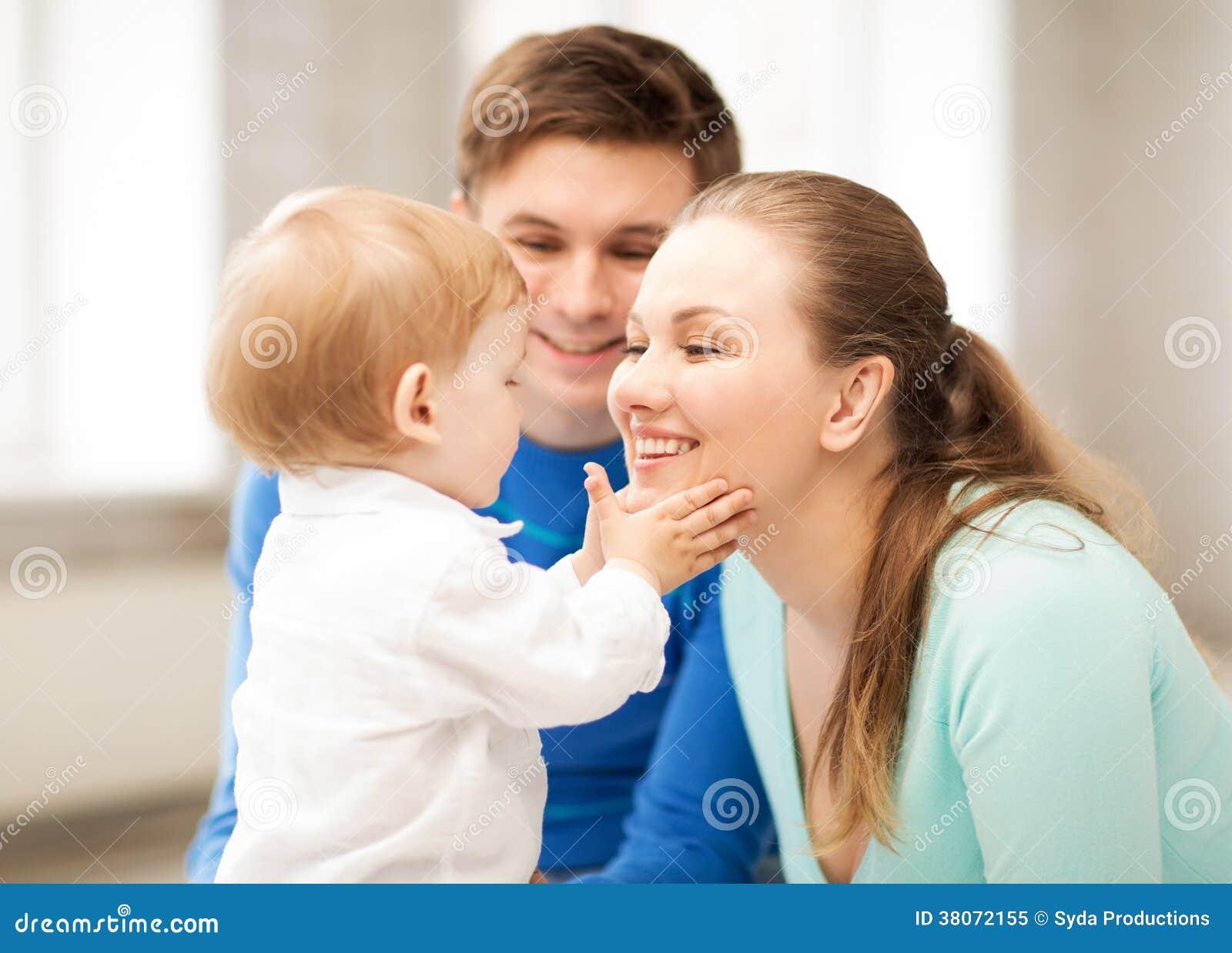 Genitori felici che giocano con il bambino adorabile