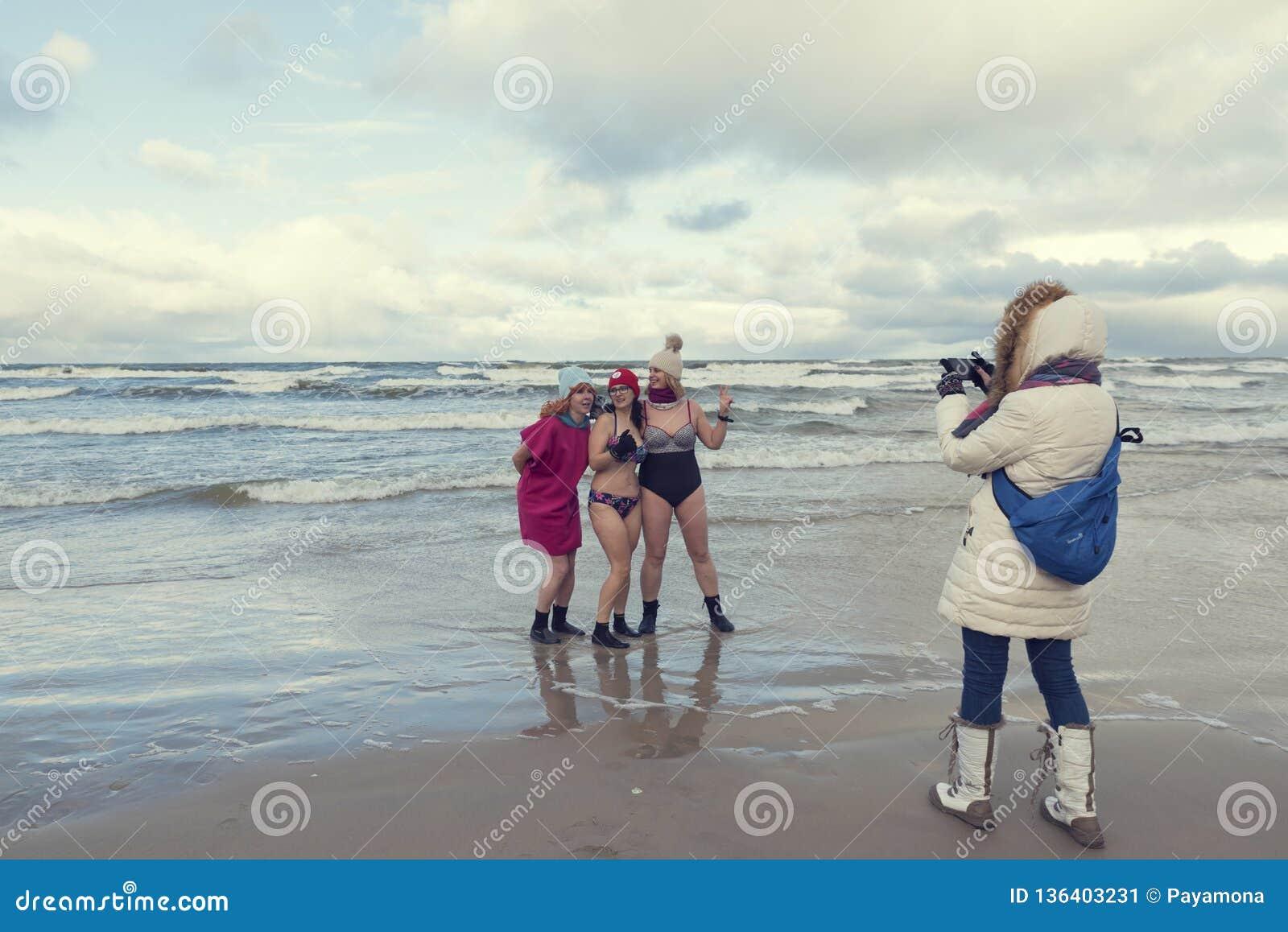 5 gennaio 2019 Stegna, Polonia Signore che prendono le foto durante il nuoto di inverno nel mare