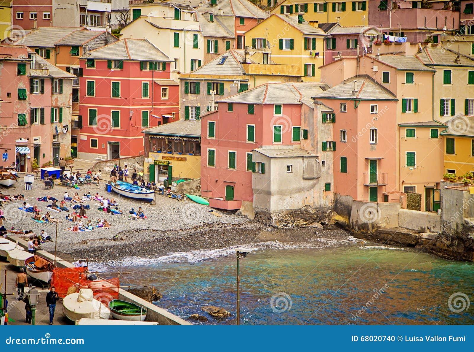 Genoa, Itália - os banhistas na costa pequena do Boccadasse latem