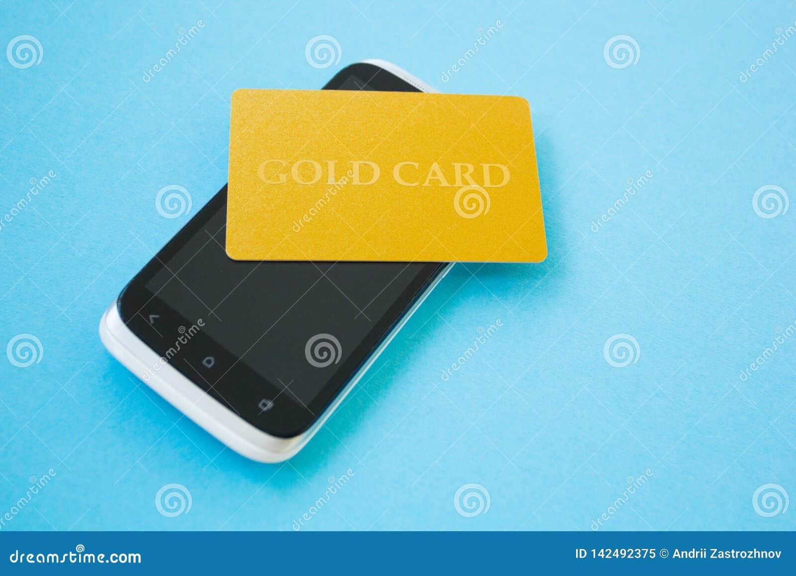Genom att använda kreditkorten och smartphonen för att köpa direktanslutet On-line shoppingbegrepp