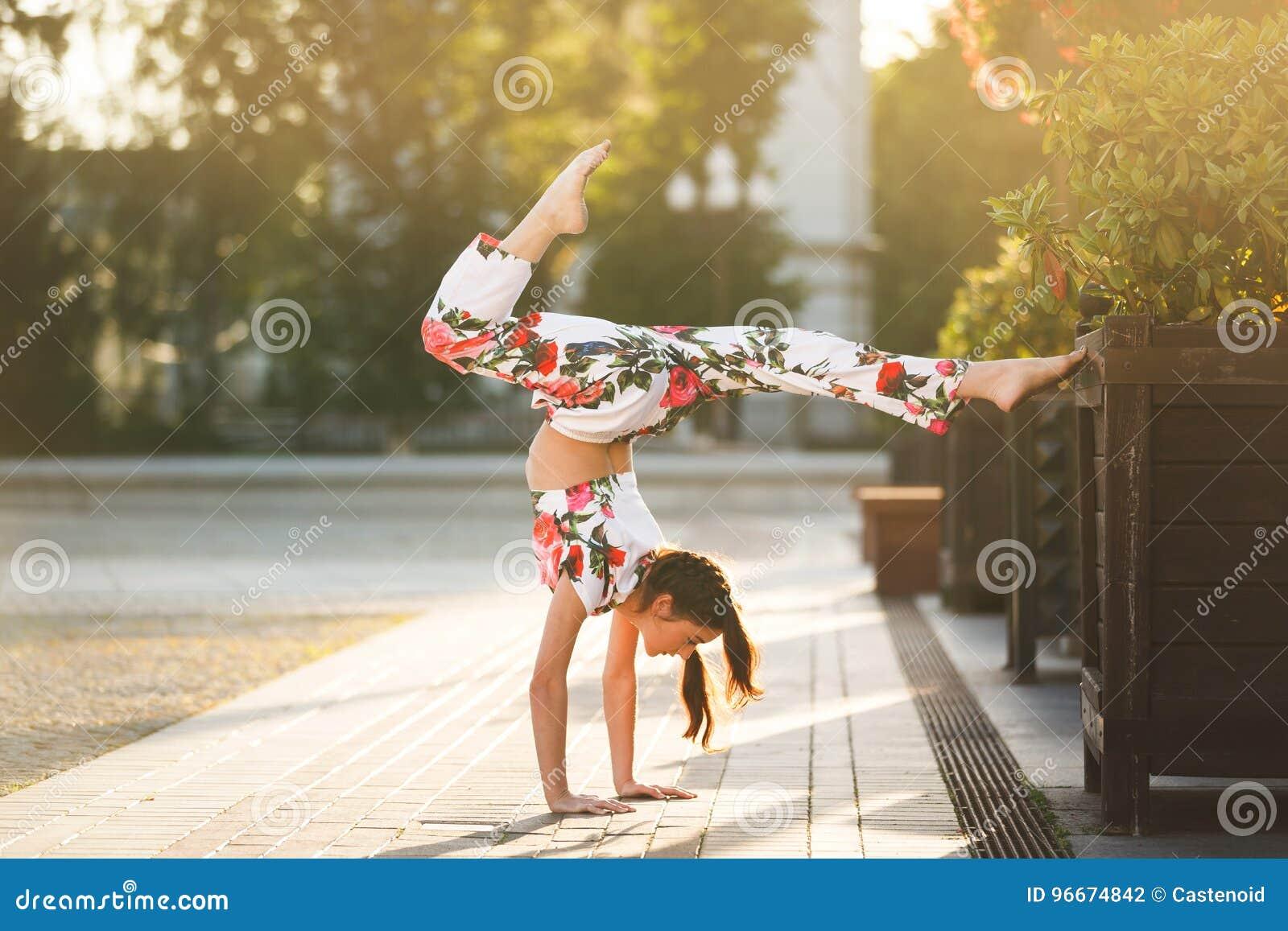 Genomkörare av den unga gymnasten