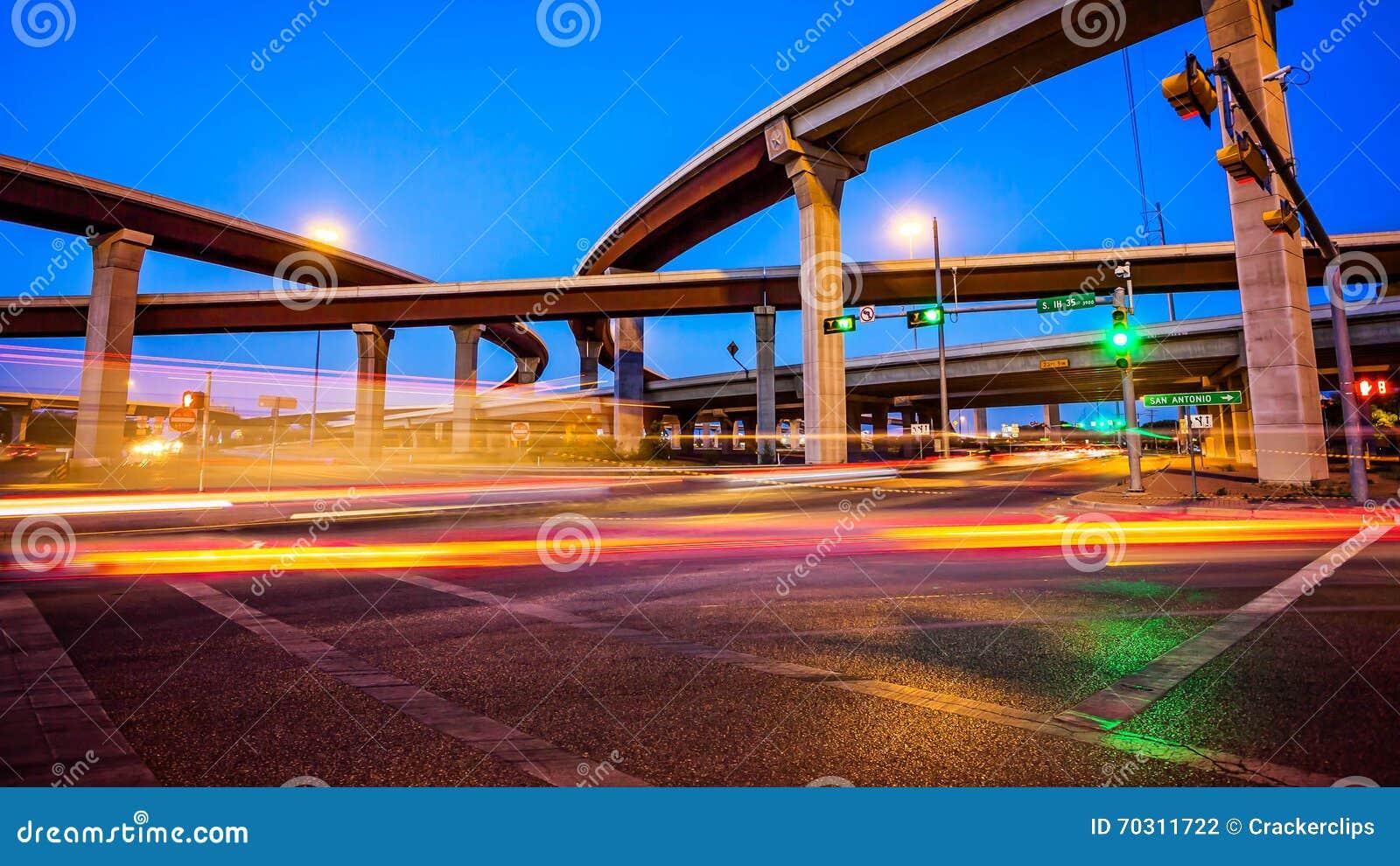 Genomskärning och trafik i Austin, Texas på natten
