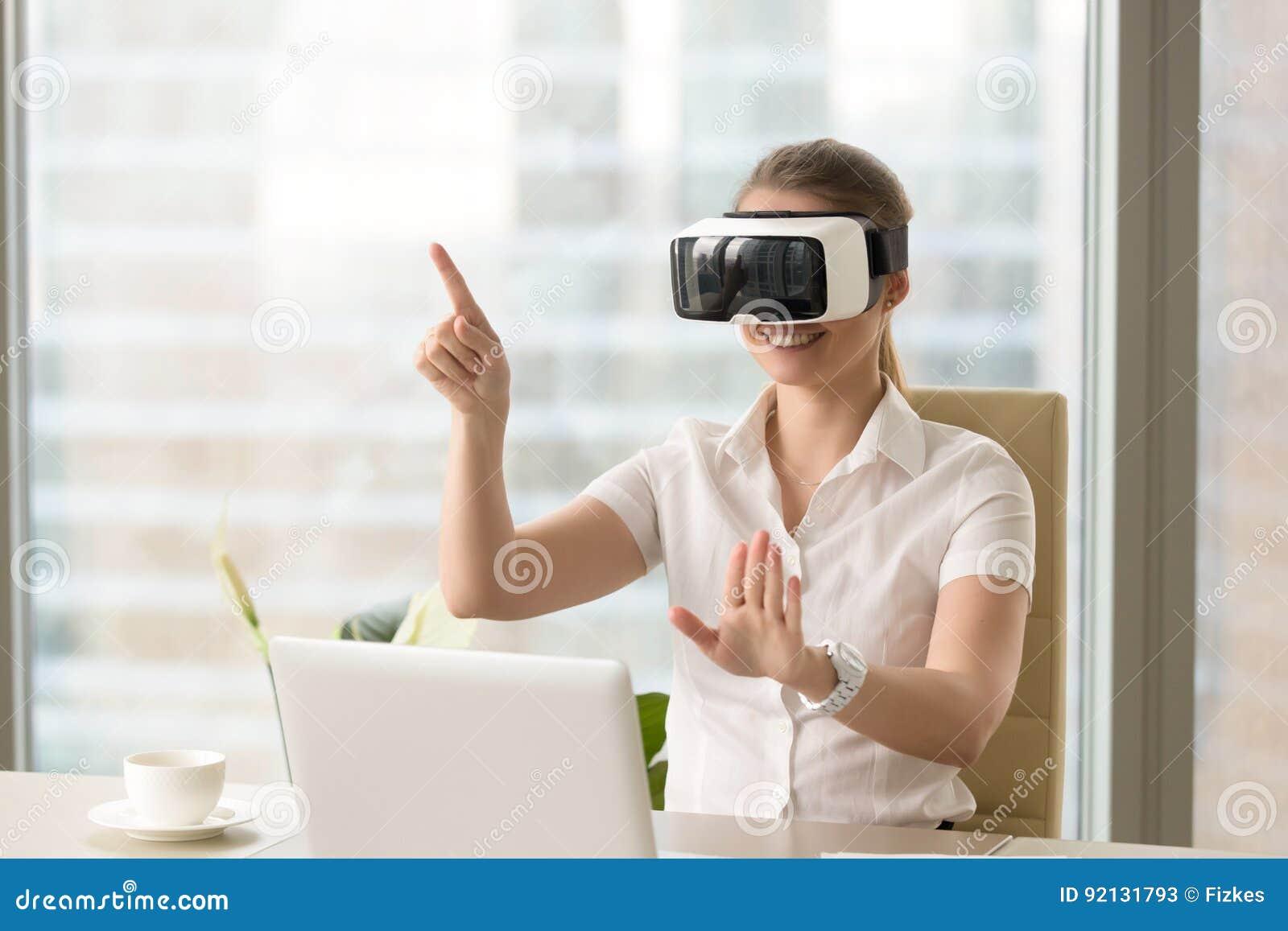 Genossene junge Frau, die VR-Kopfhörer mit Gesten verwendet
