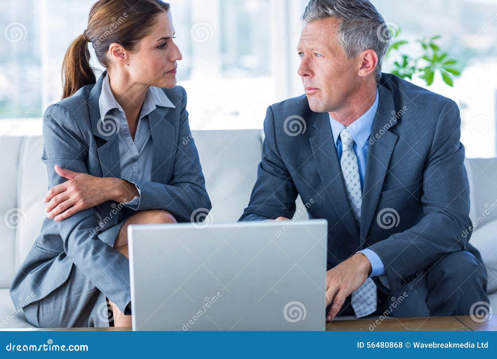 Gens d affaires à l aide de l ordinateur portable