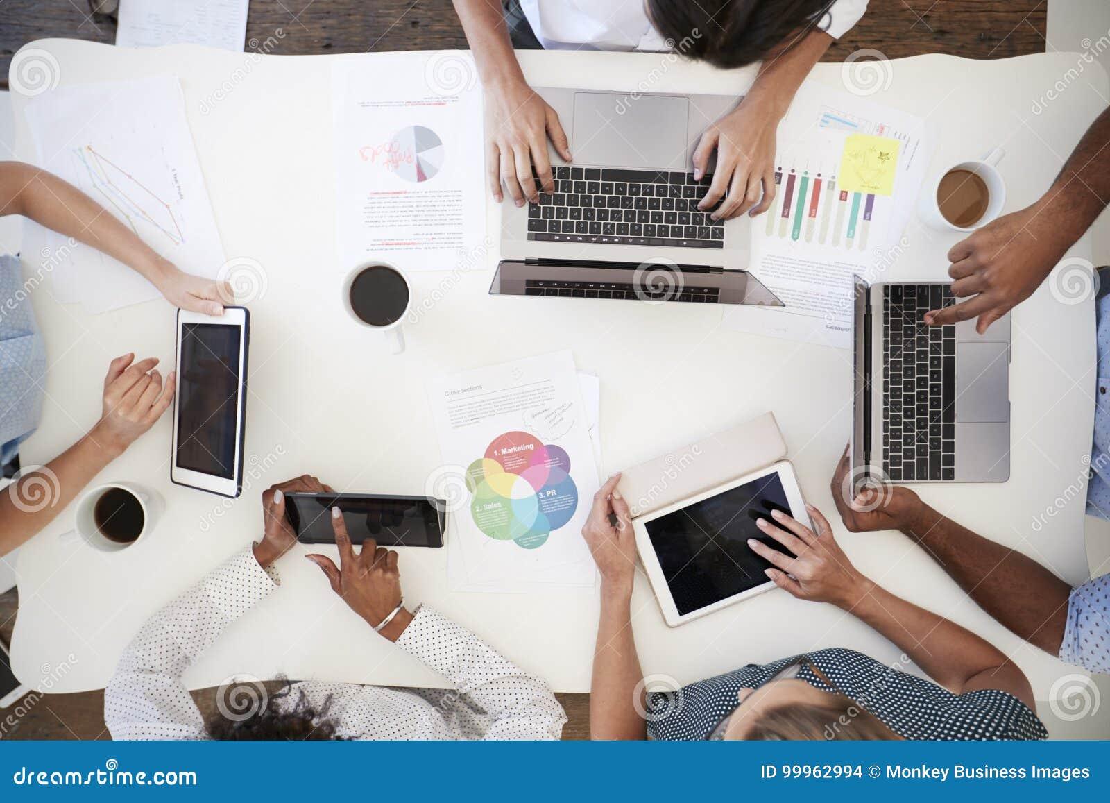 Gens d affaires à l aide des ordinateurs à un bureau, tir aérien
