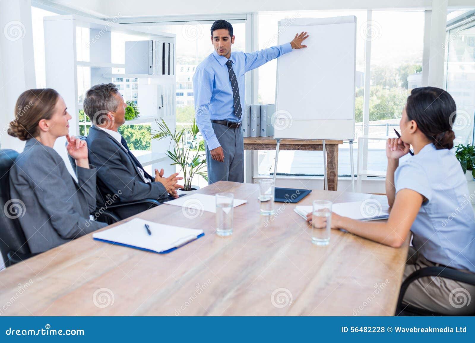 Gens d affaires écoutant au cours d une réunion