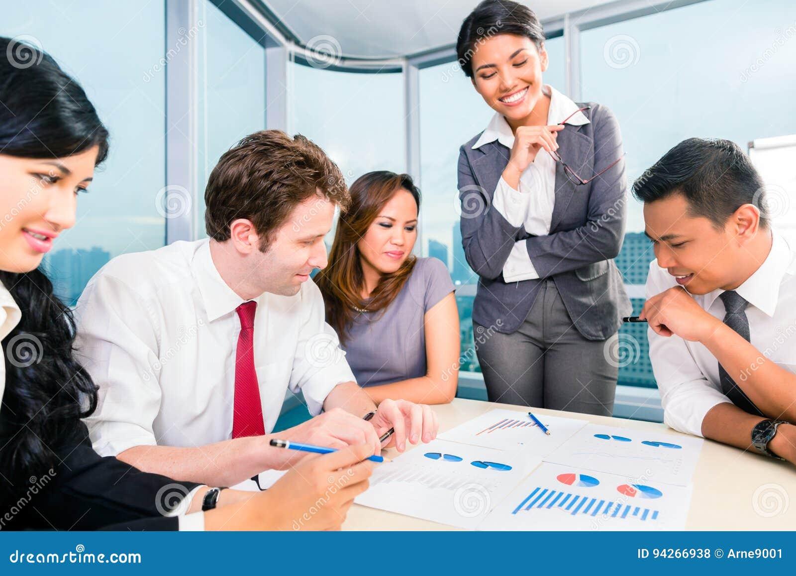 Gens d affaires asiatiques ayant la réunion dans le bureau