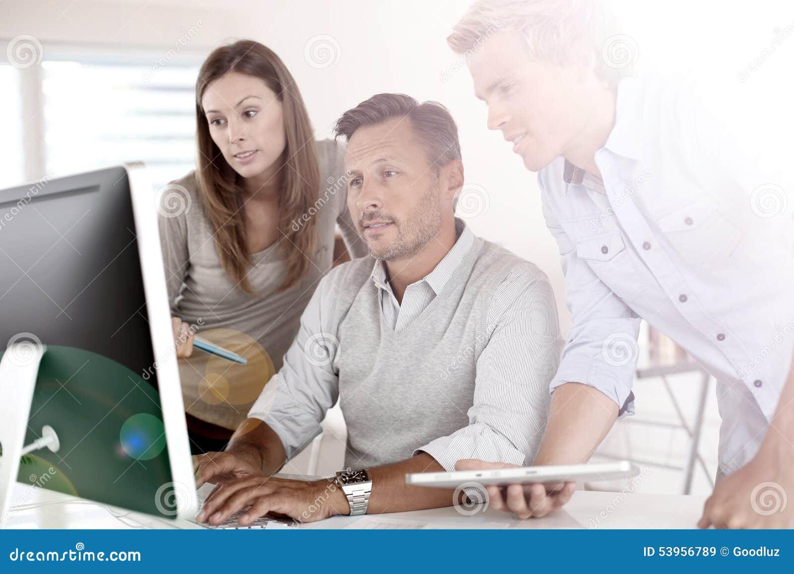 Gens d affaires au bureau travaillant sur l ordinateur