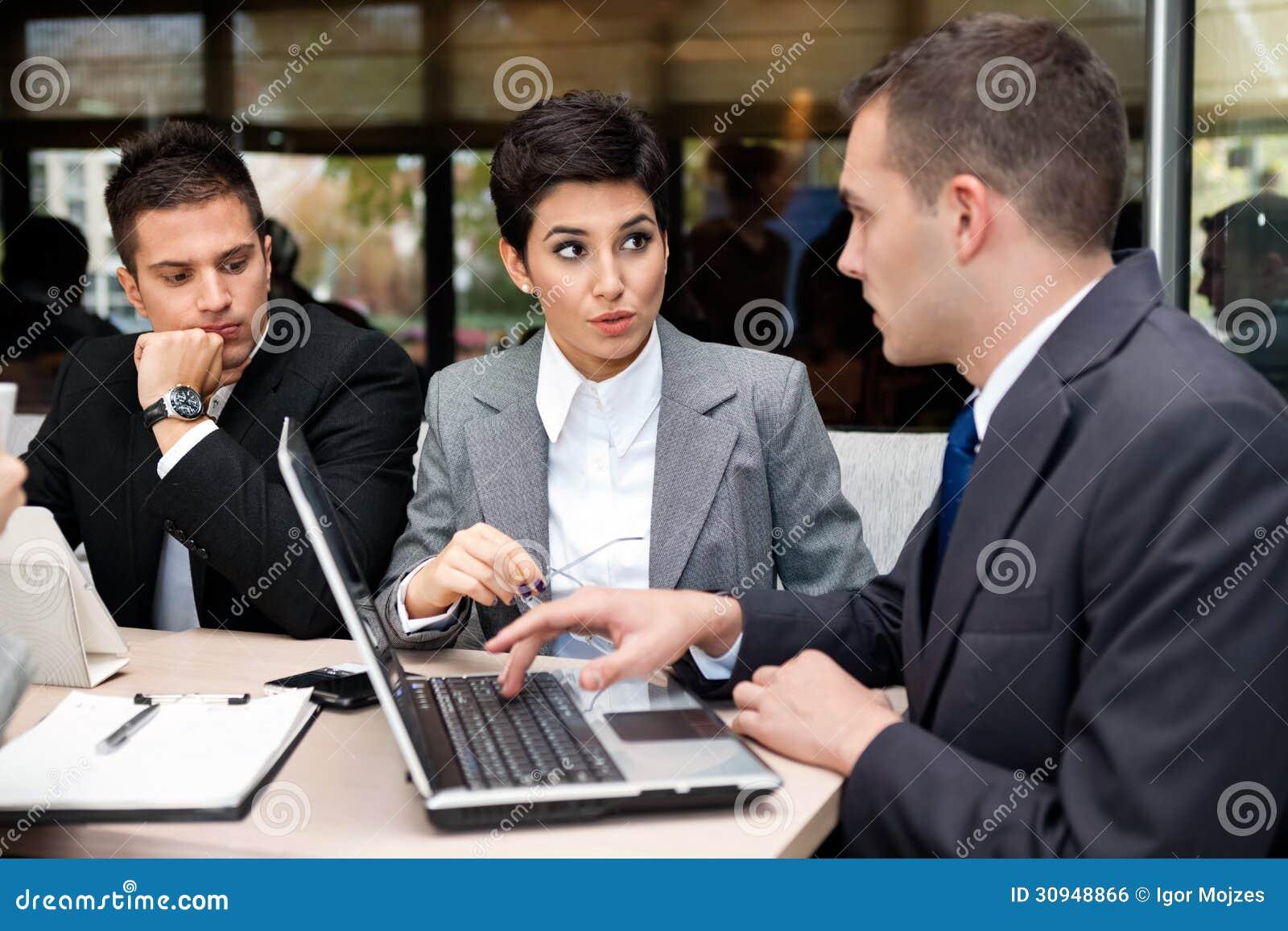 Gens d affaires ayant la discussion