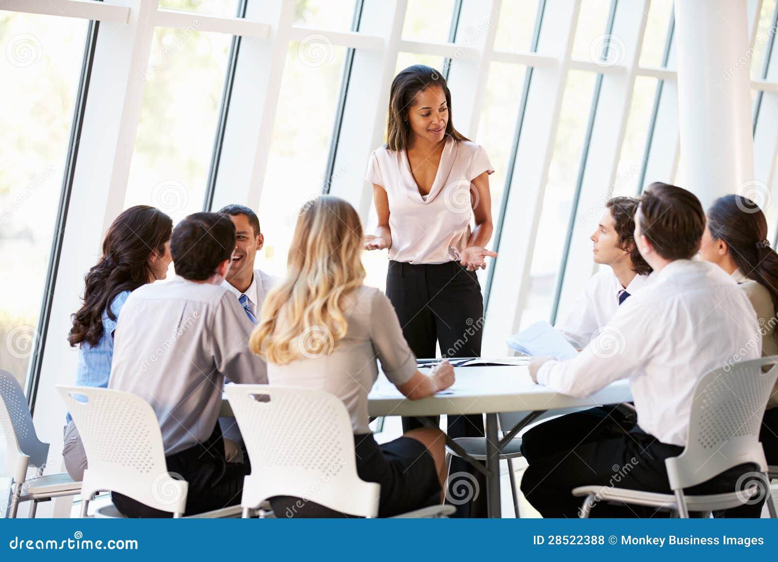 Gens d affaires ayant la réunion du conseil d administration dans le bureau moderne