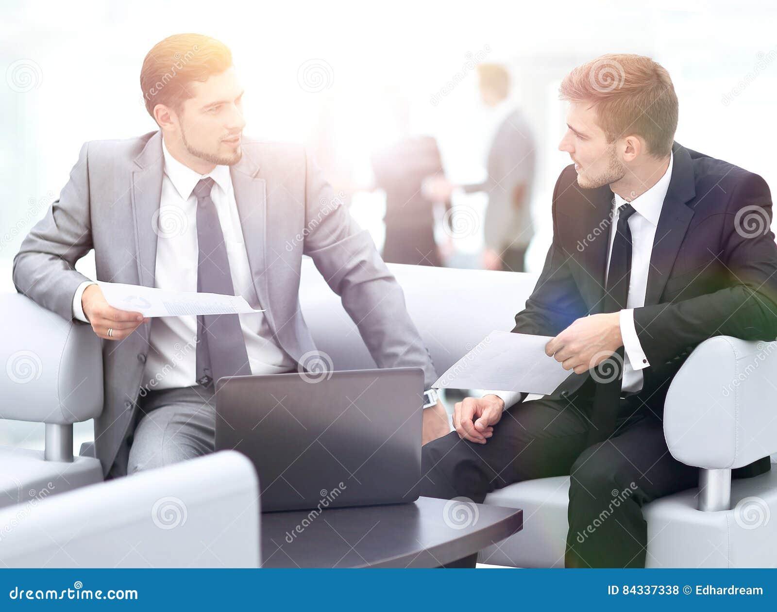 Gens d 39 affaires ayant le contact autour du tableau dans le for Le bureau moderne