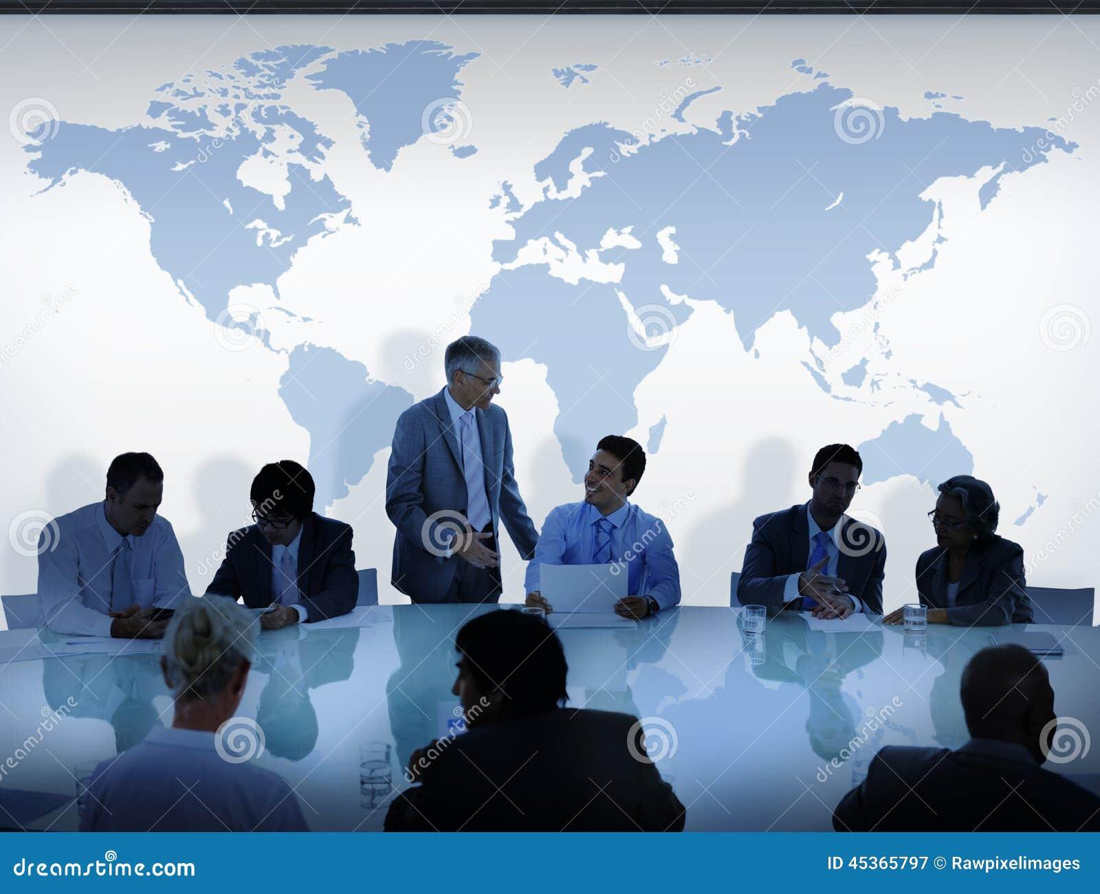 Gens d affaires ayant une carte de discussion et du monde