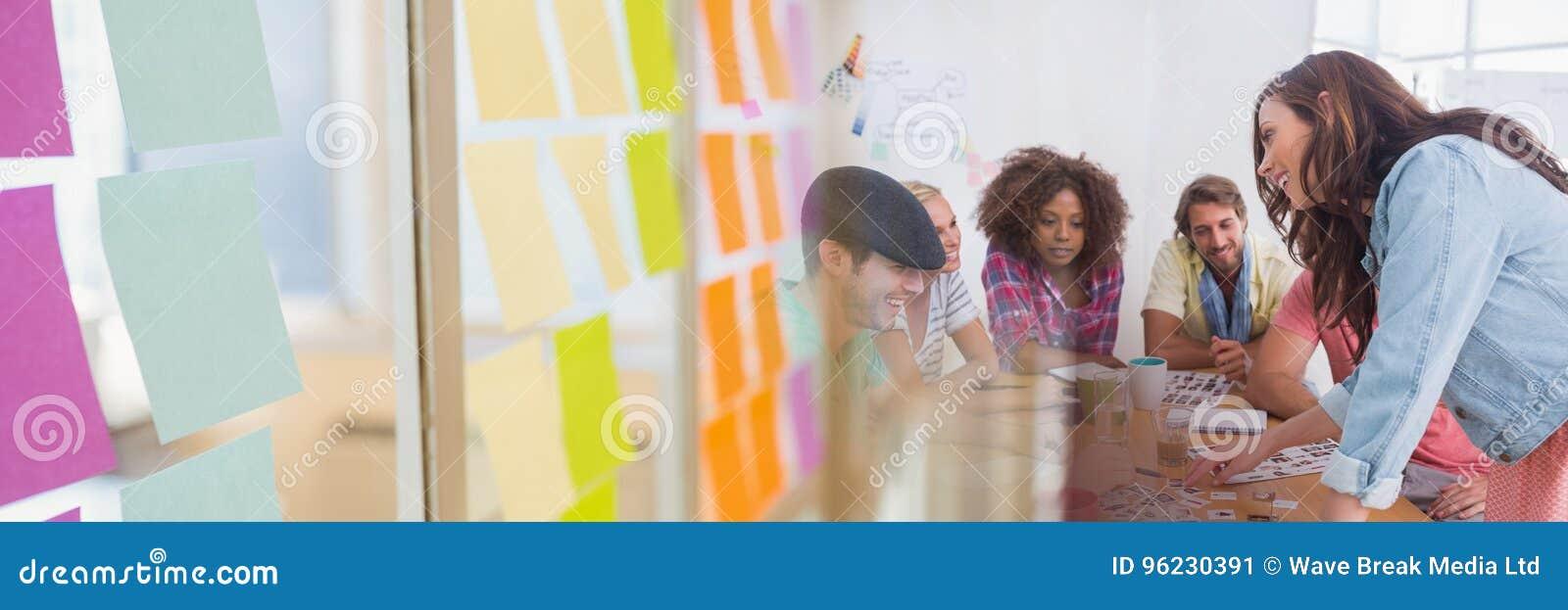 Gens d affaires ayant une réunion avec l effet collant coloré de transition de notes