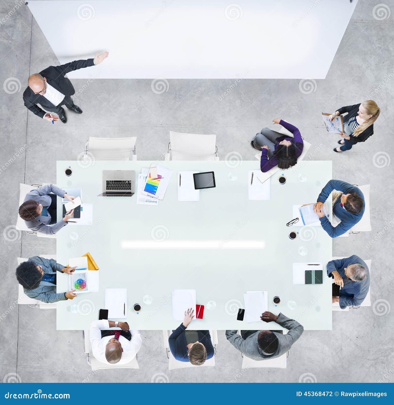 Gens d affaires ayant une réunion dans le bureau