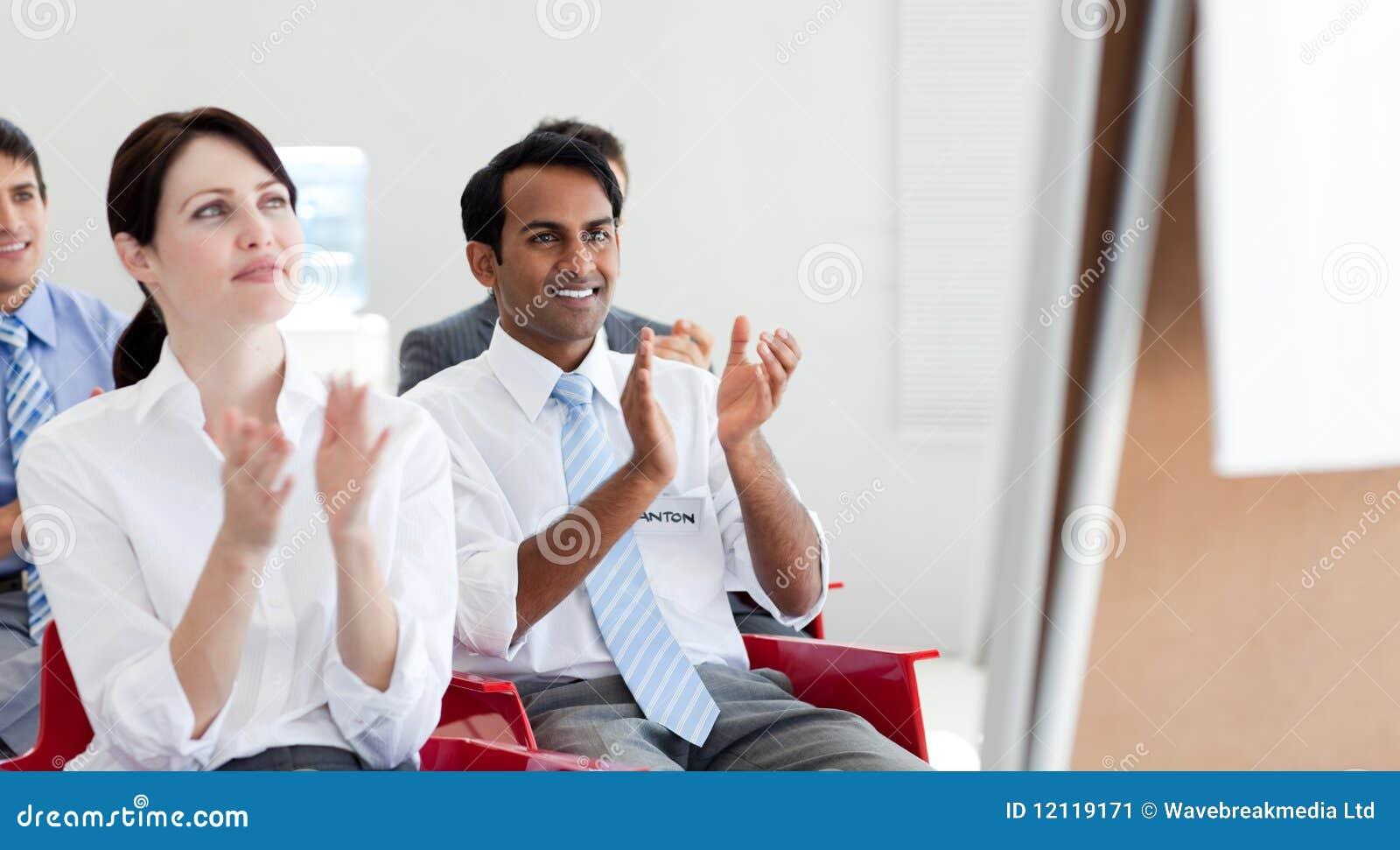 Gens d affaires battant à une conférence