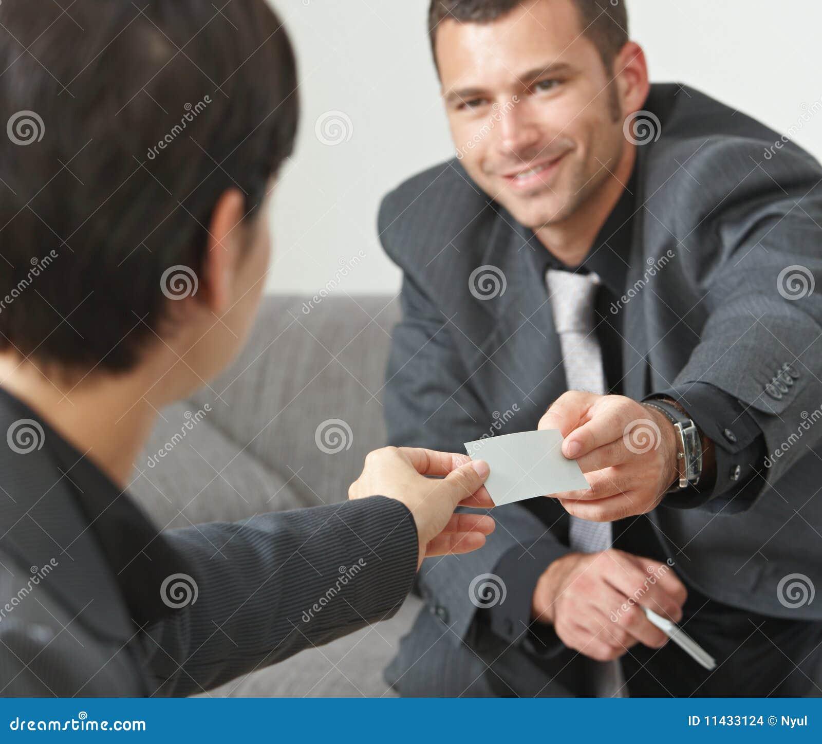 Gens d affaires changeant des cartes