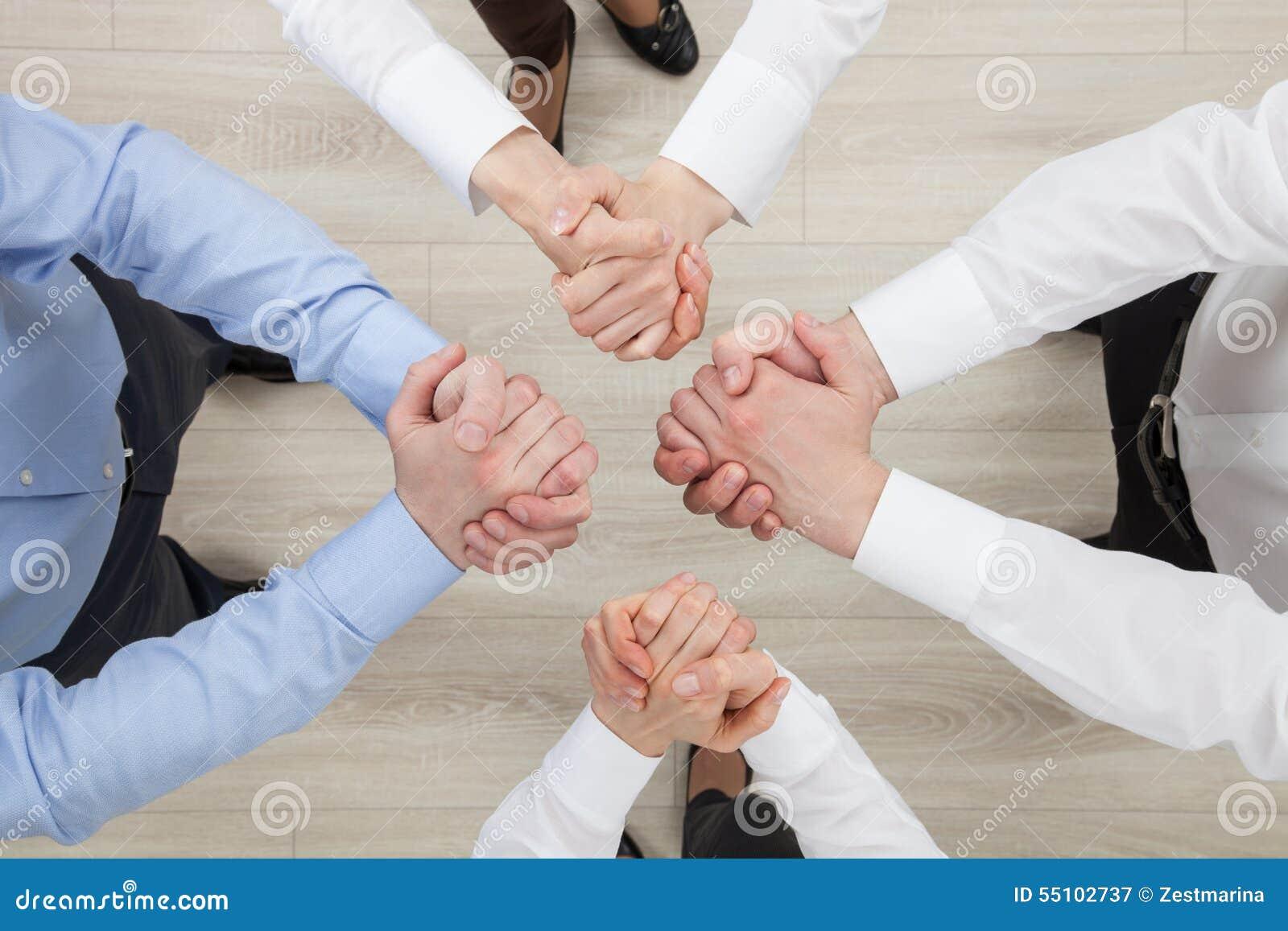 Gens d affaires démontrant un geste des différends ou d un solidari
