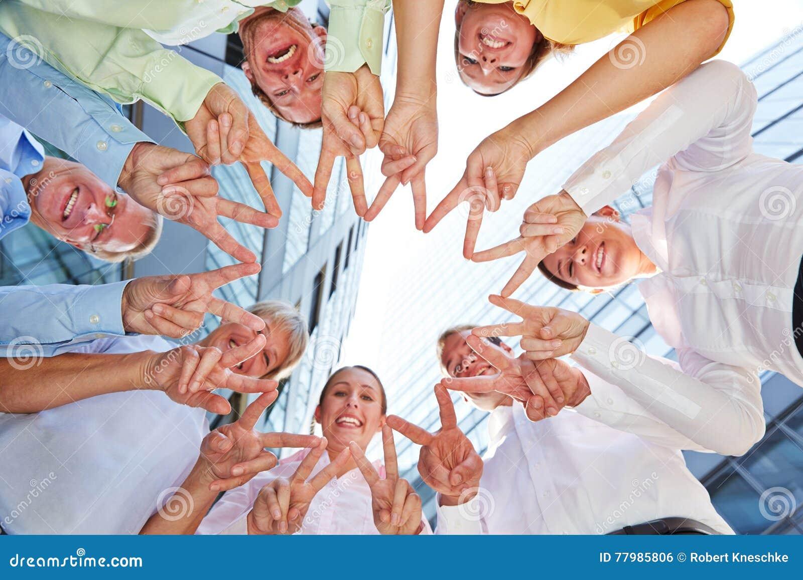 Gens d affaires d équipe formant l étoile avec des mains