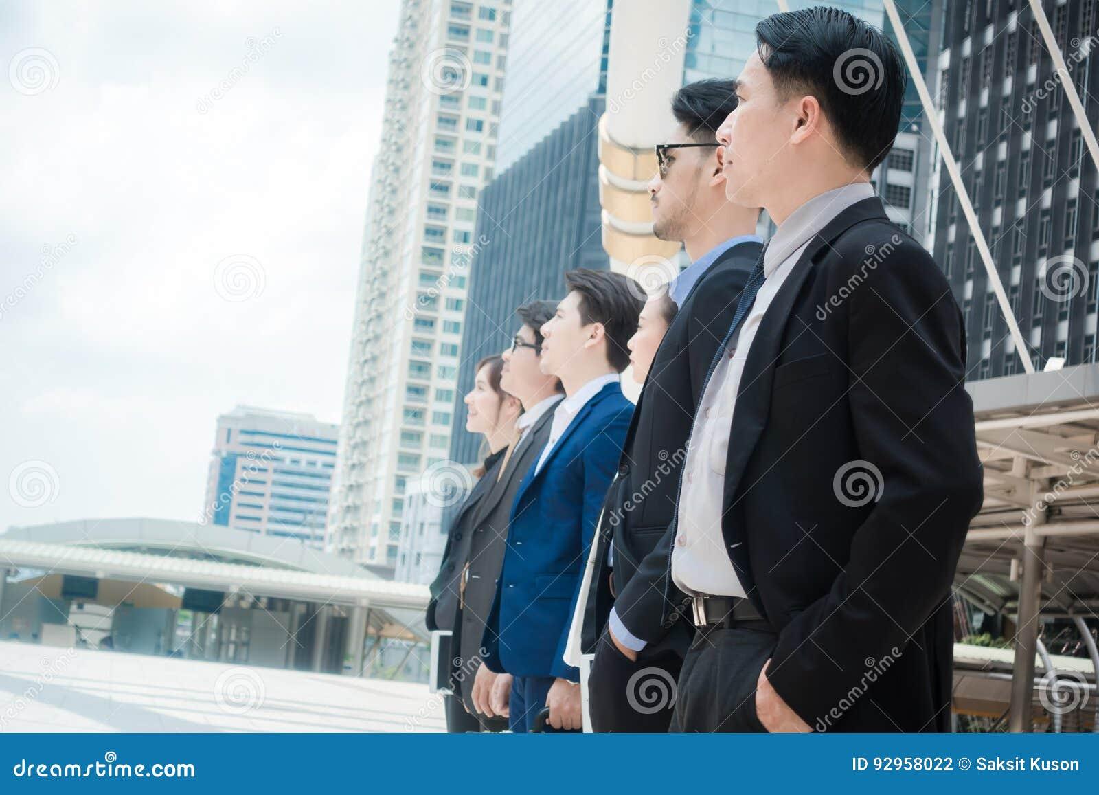 Gens d affaires d inspiration de buts de mission de succès de croissance regardant hors du cadre - futur concept