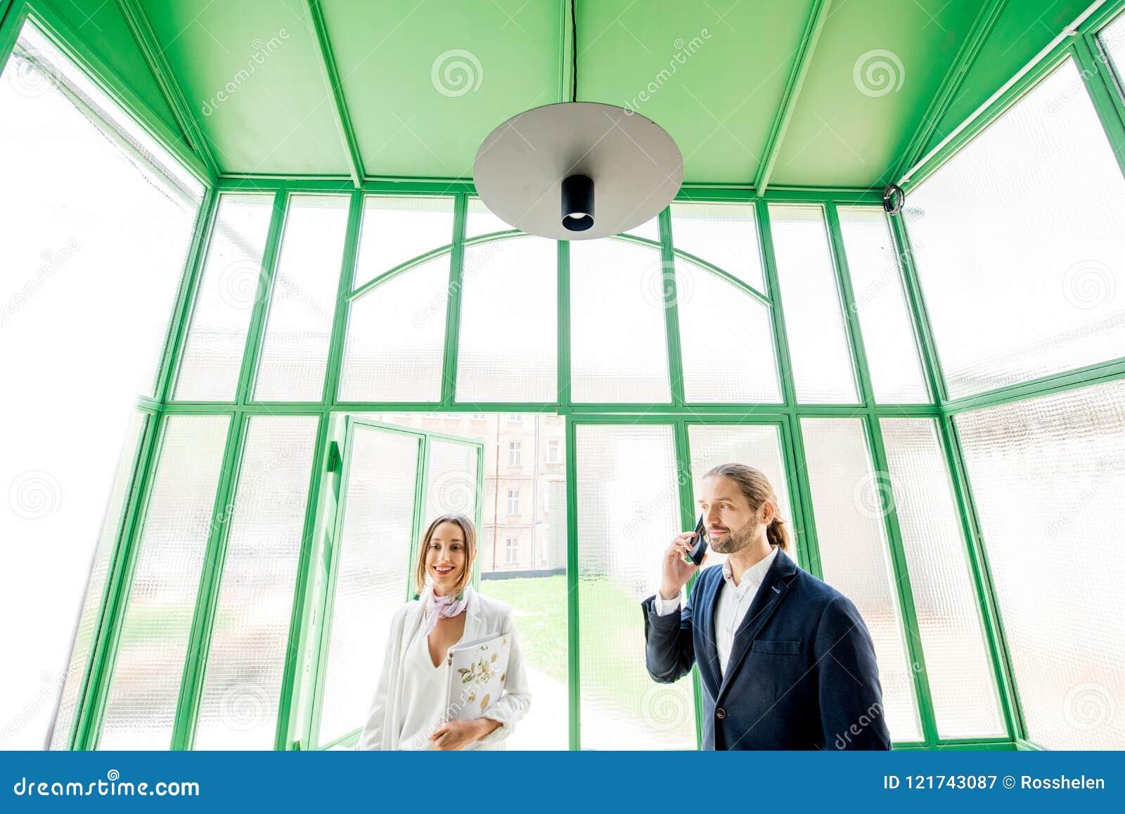 Gens d affaires dans le hall vert