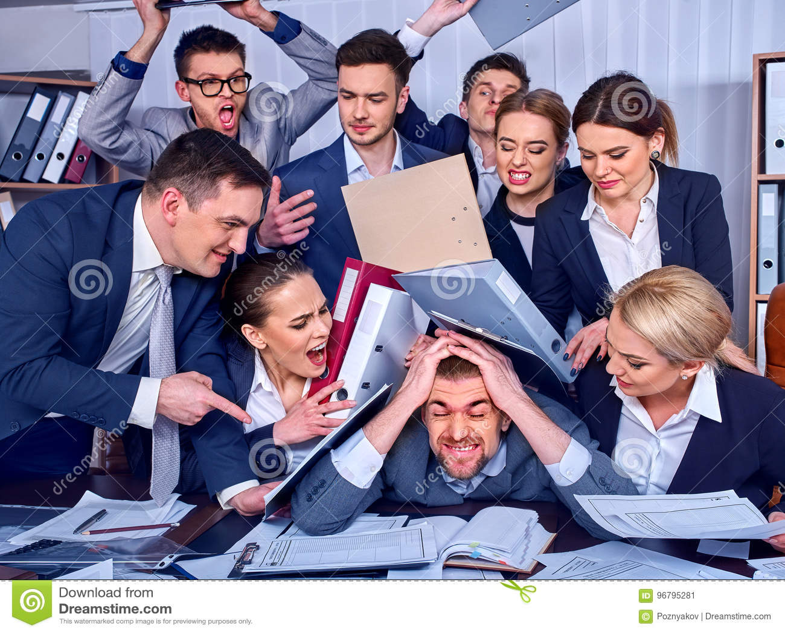 Gens d affaires de bureau Les personnes d équipe sont peu satisfaites de leur chef