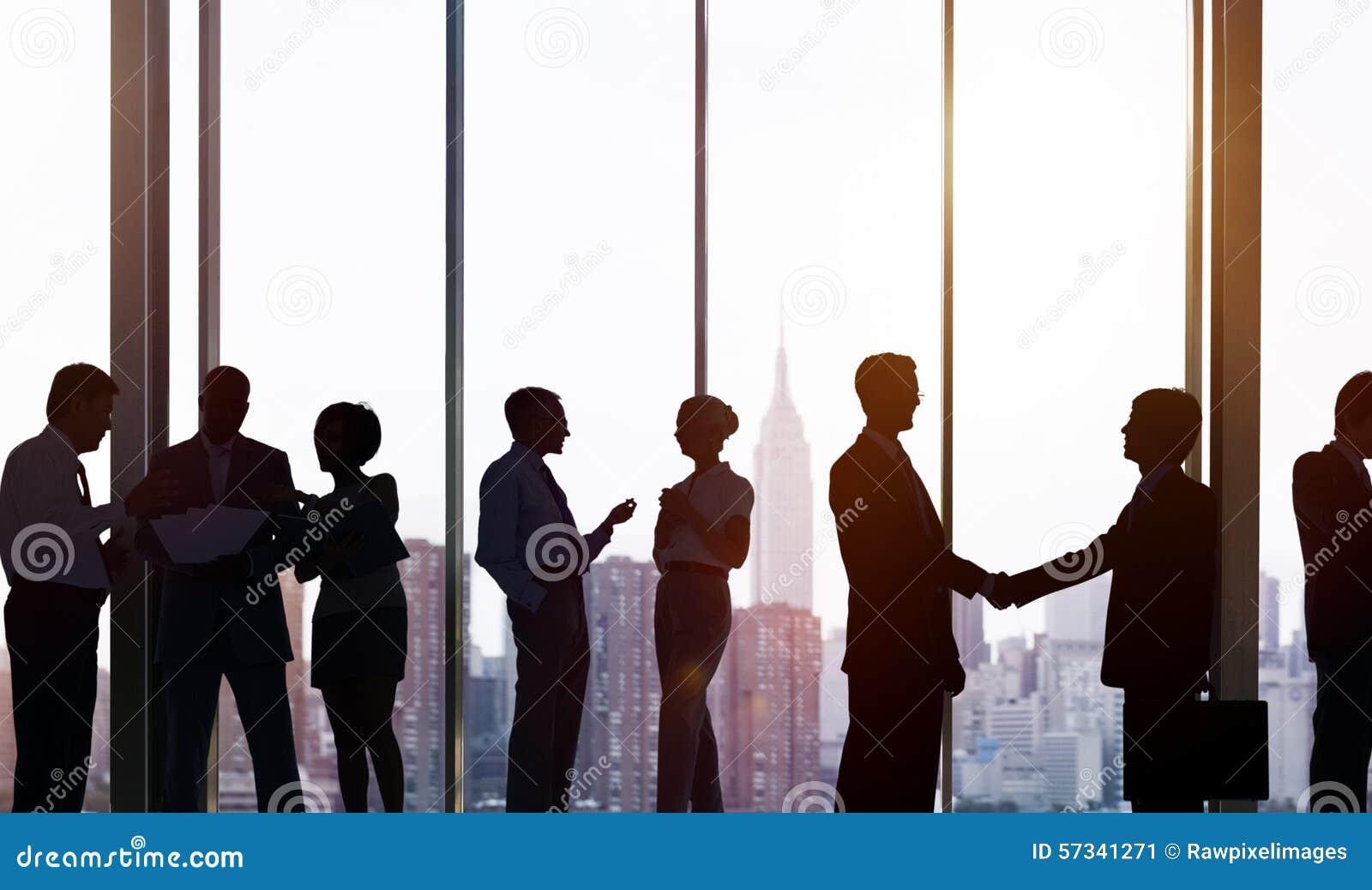 Gens d affaires de communication corporate de concept fonctionnant de bureau