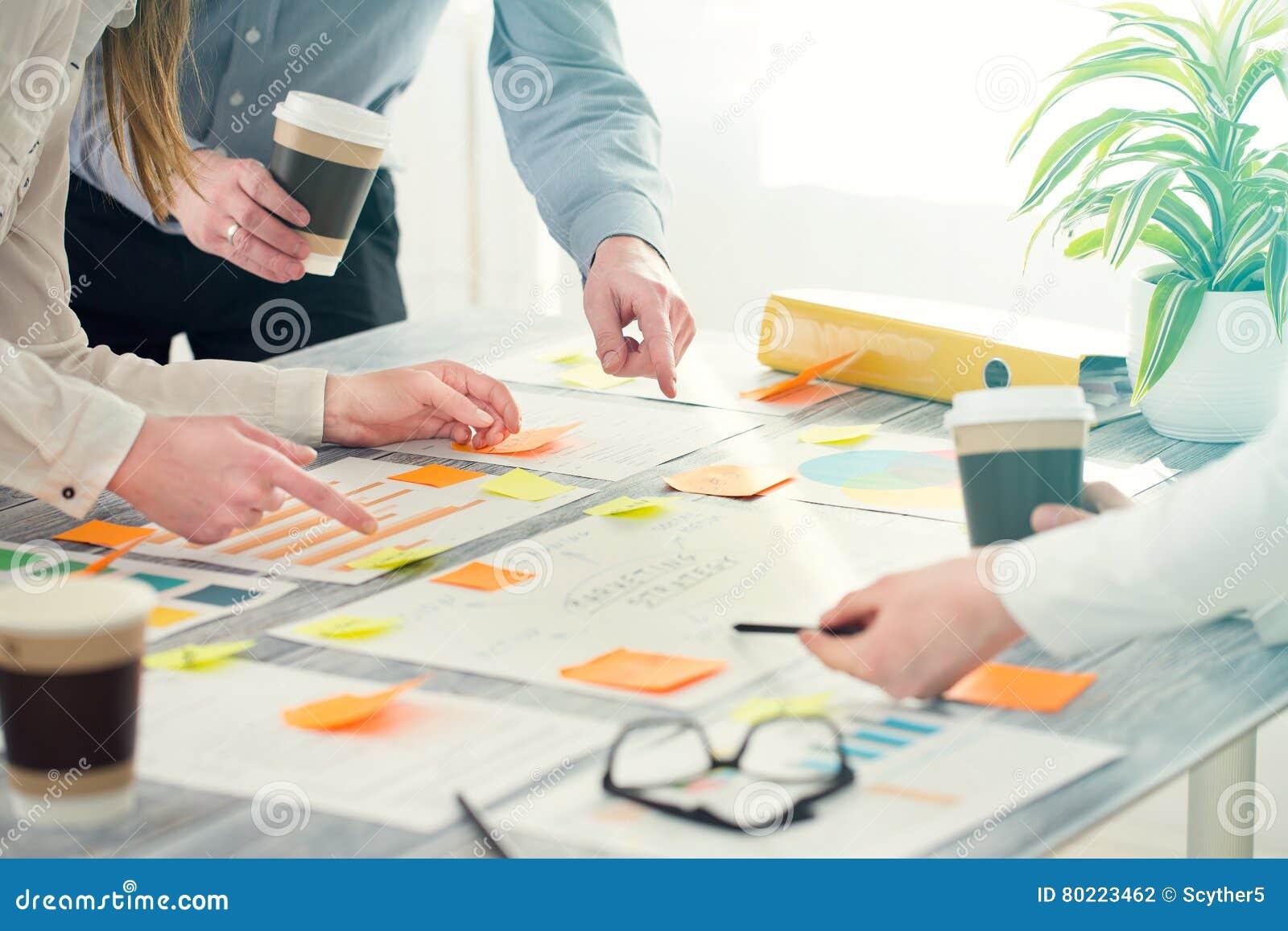 Gens d affaires de concepts de construction d échange d idées de séance de réflexion