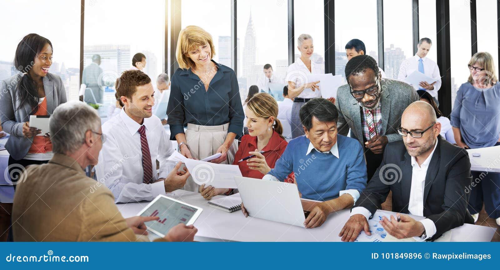 Gens d affaires de discussion fonctionnante Team Concept de bureau