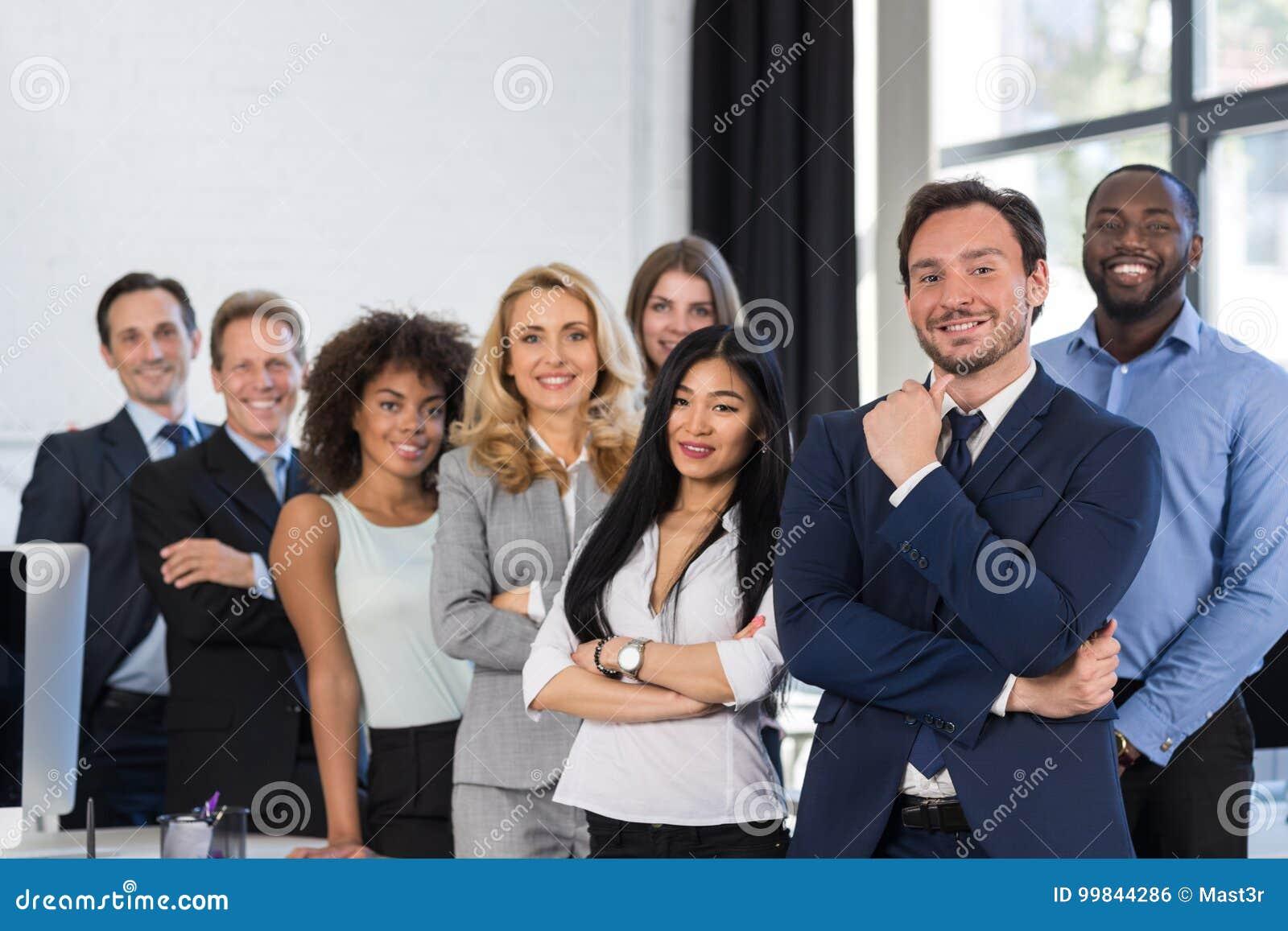 Gens d affaires de groupe de course de mélange se tenant au bureau